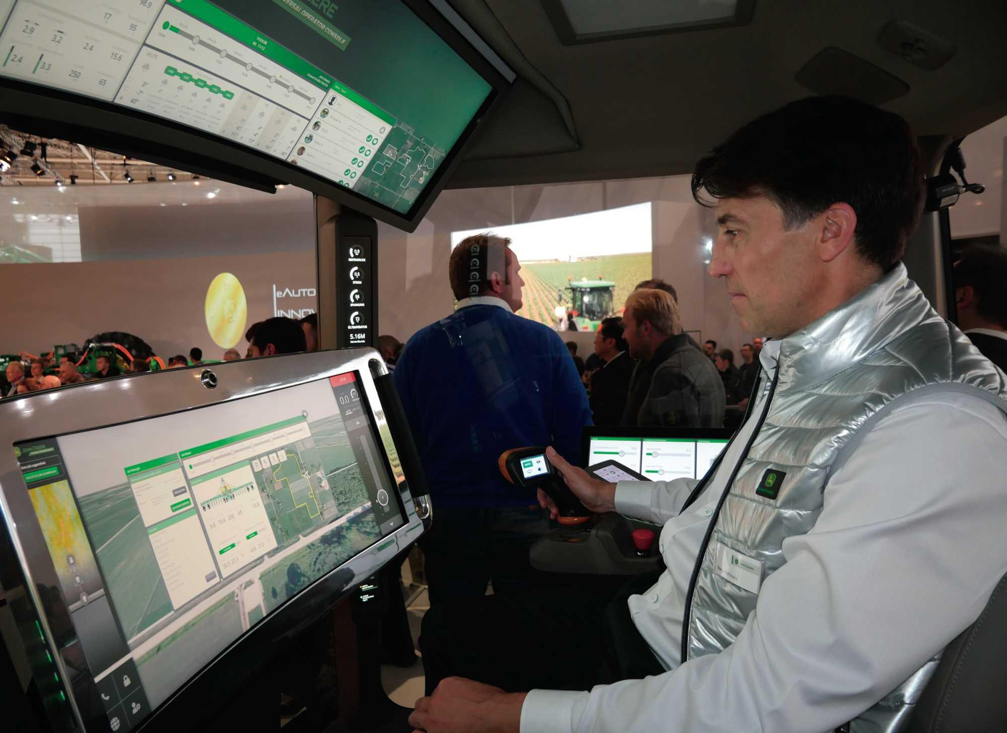 Weitgehend autonome Landmaschinen steuert der Landwirt der Zukunft allenfalls mit dem Joystick. Auf großen Touchscreens kann er aber Büroarbeit erledigen, das Team koordinieren oder Drohnenbilder auswerten.