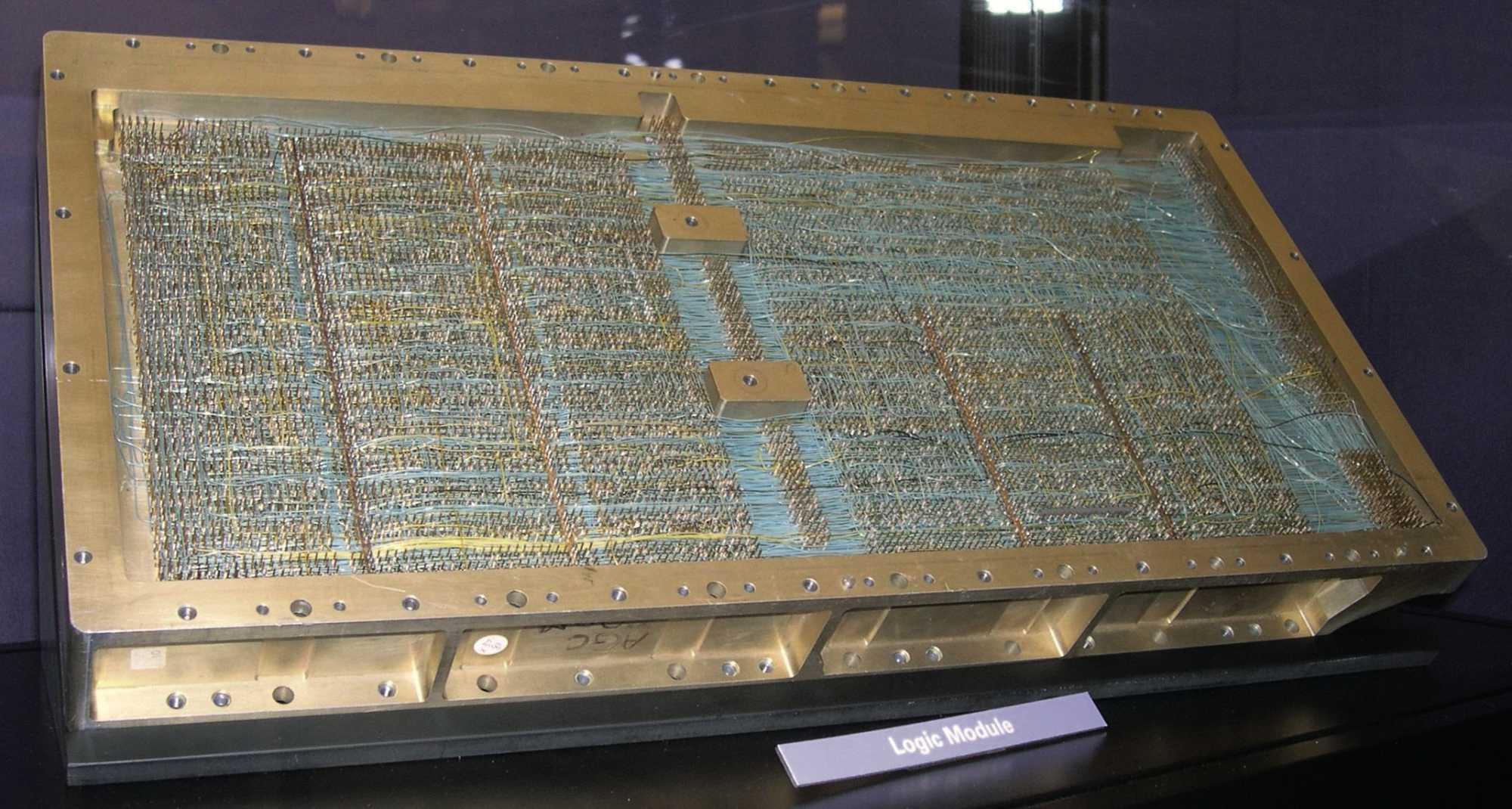 """Die beiden """"Laden"""" mit den Modulen. Hier fehlen rechts das Erasable Memory und die sechs Module mit dem Fädelspeicher."""