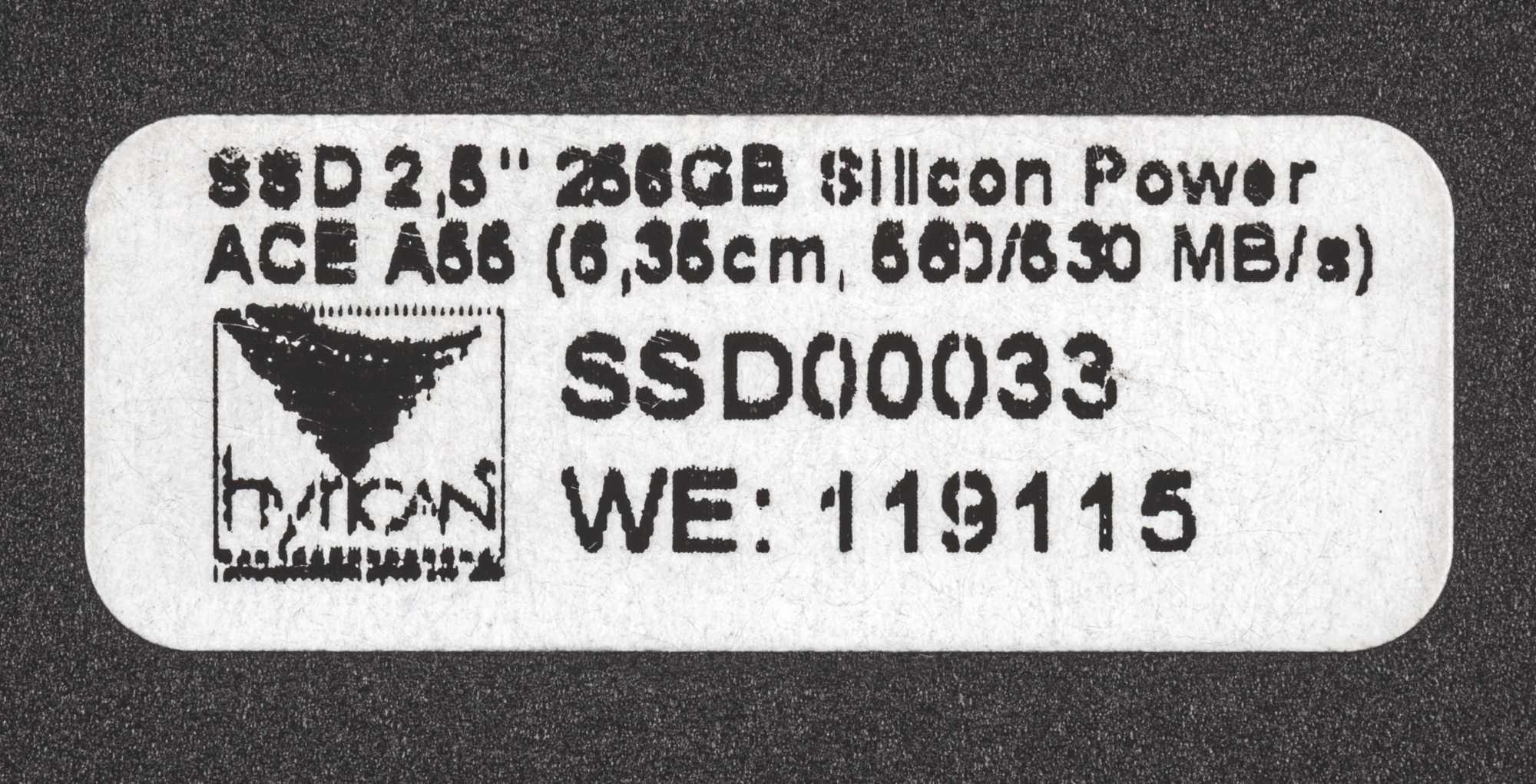 Auf der Rückseite der SSD entdeckten wir einen Aufkleber des PC-Herstellers Hyrican. Er gab erste Hinweise auf den Weg des Datenspeichers zu eBay.