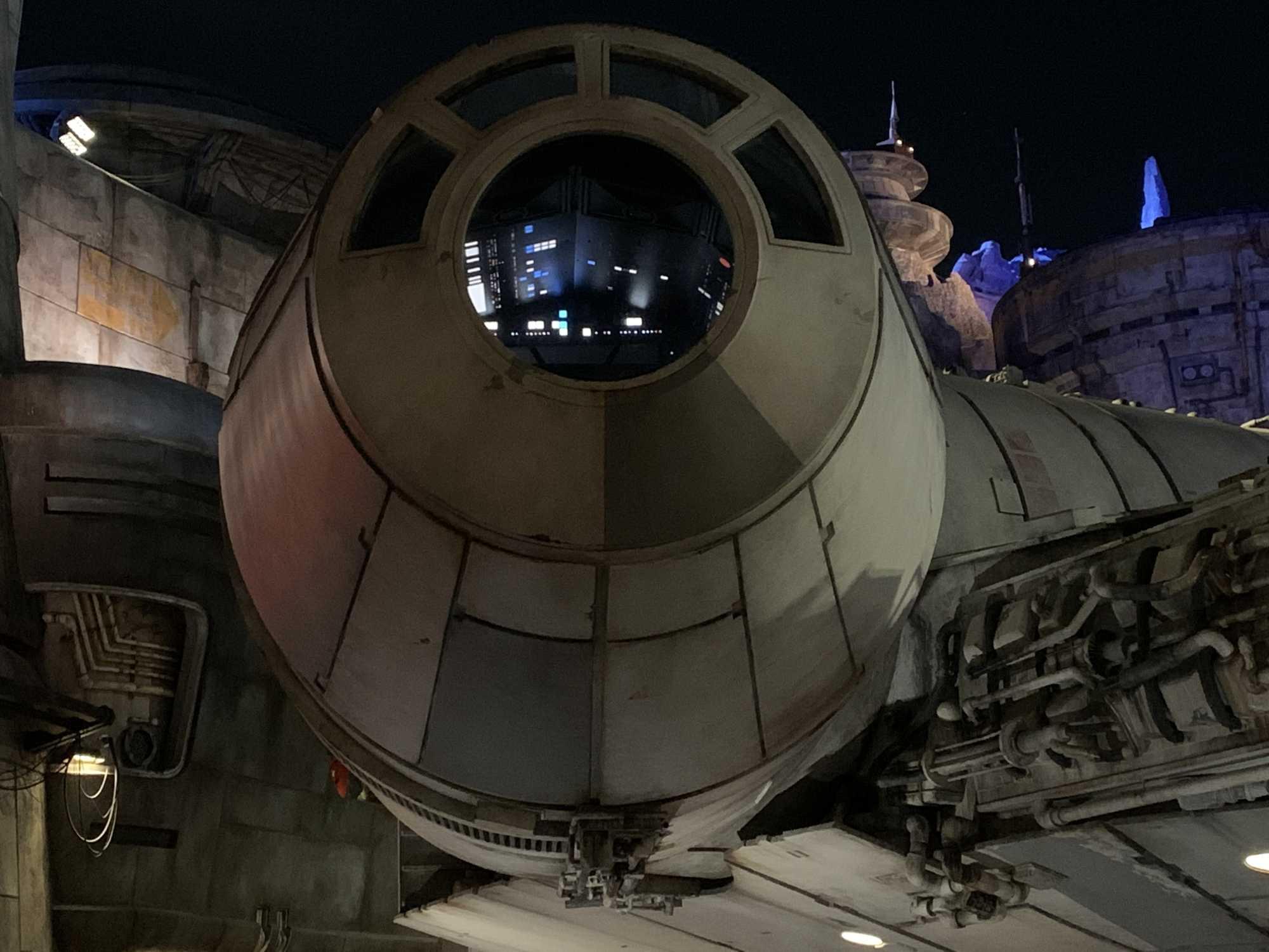 Der Hingucker von Galaxy's Edge ist der originalgetreue Millennium Falke. Abends kann man in das beleuchtete, aber leider unbesetzte Cockpit des Falken schauen.