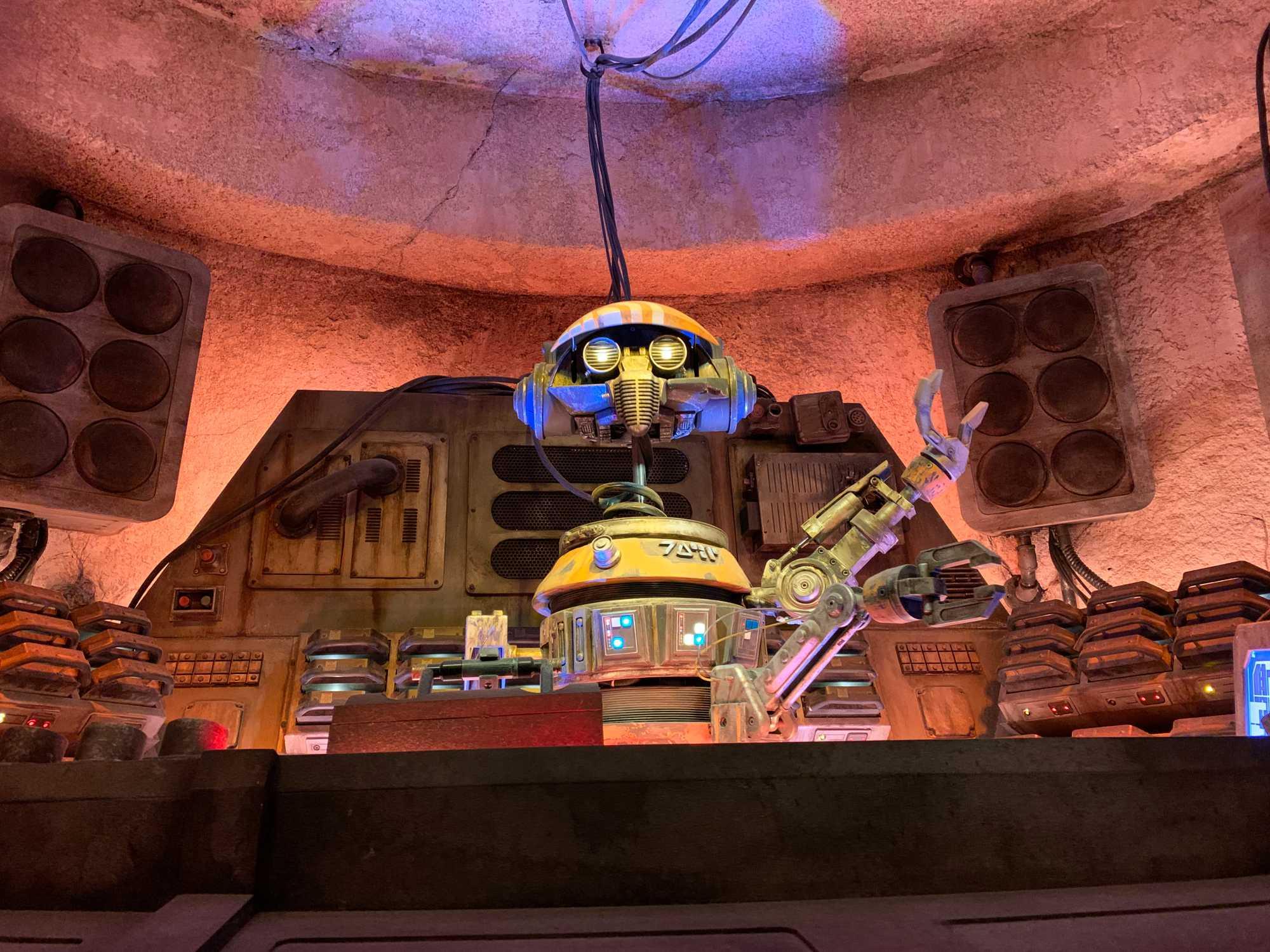 Im Unterschied zur Cantina in Mos Eisley gibt es auf Batuu keine Band, -sondern nur einen Roboter-DJ.