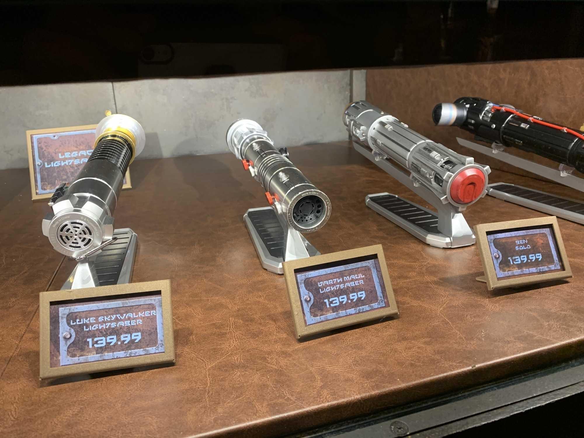 Edle Waffen: Bei Dok-Ondar gibt es exklusive Replikas der bekanntesten Lichtschwerter. Ein Exemplar kostet inklusive Steuern ab circa 150 Dollar, für den Leuchtstab muss man noch einmal 50 Dollar anlegen