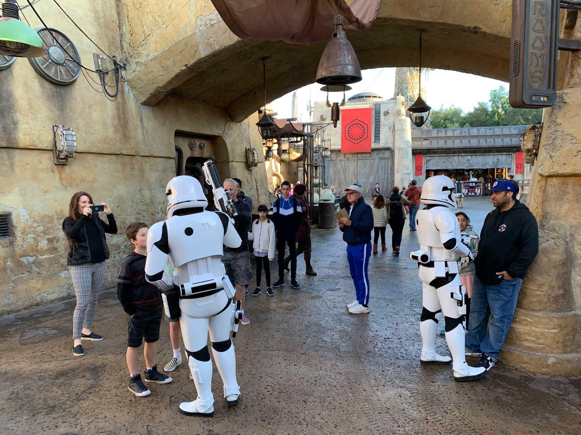 Sturmtruppler ver-h?ren Besucher im neuen Star-Wars--Bereich von Disneyland. H?rt man ihnen l?nger zu, bemerkt man, dass die Akteure vorproduzierte Sprachaufnahmen abspielen, damit die Ansprachen wie im Film klingen.