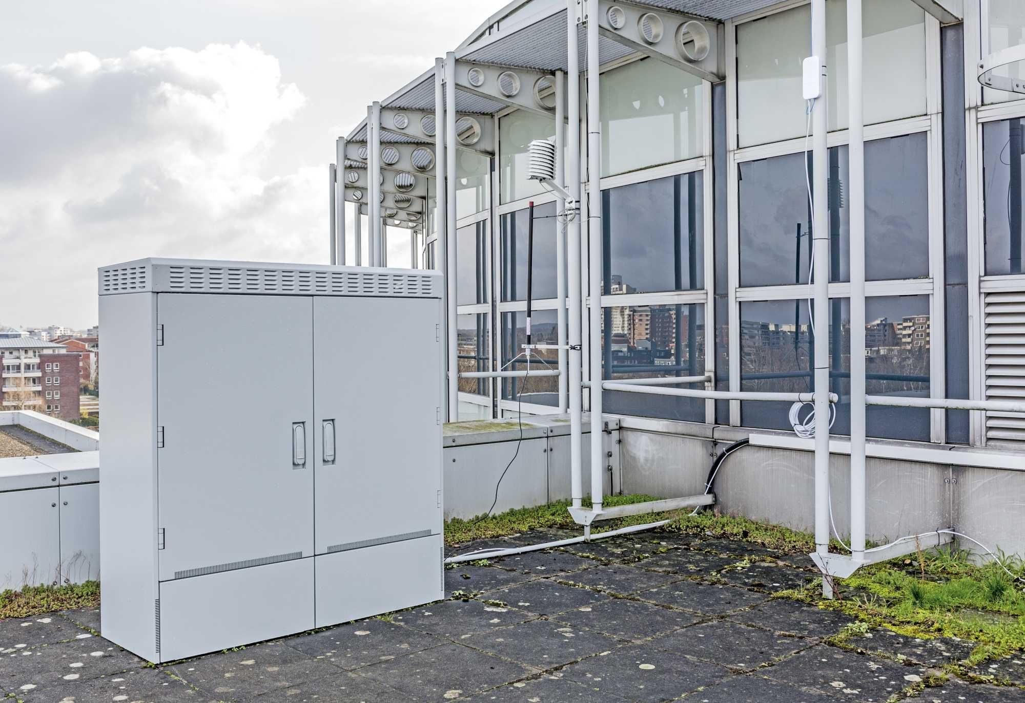 Ob Wetterbeobachtung, IP-Kamera-Test oder Raspi-Bastelei: Das Multifunktionsgehäuse 12 auf dem Heise-Dach bietet genug Platz für Tests und Praxisprojekte aus der ganzen Redaktion.