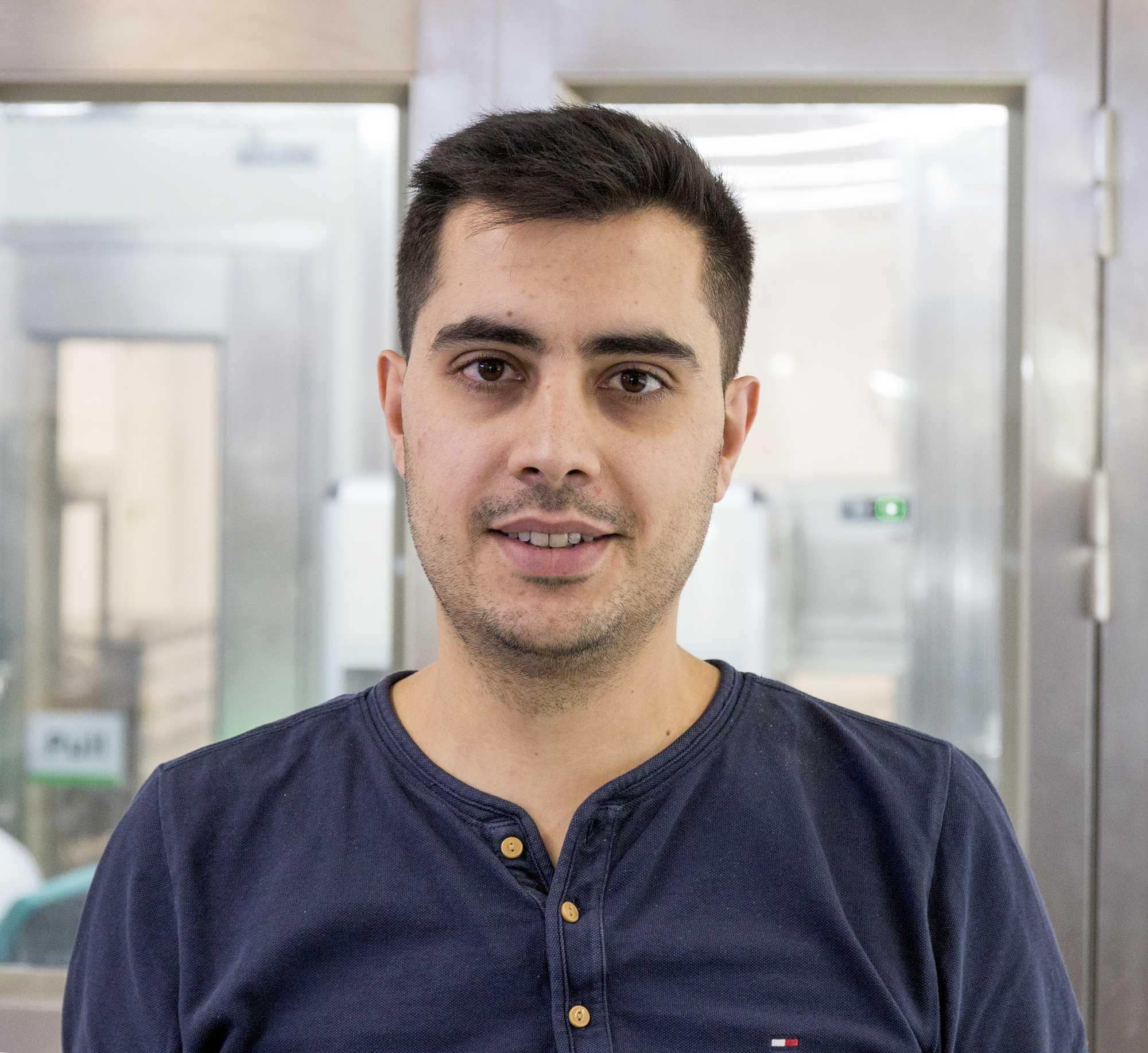 Abdul El-Chafei hat in seinem Kinderzimmer mit dem Löten angefangen. Nun führt er mehrere Smartphone-Werkstätten.