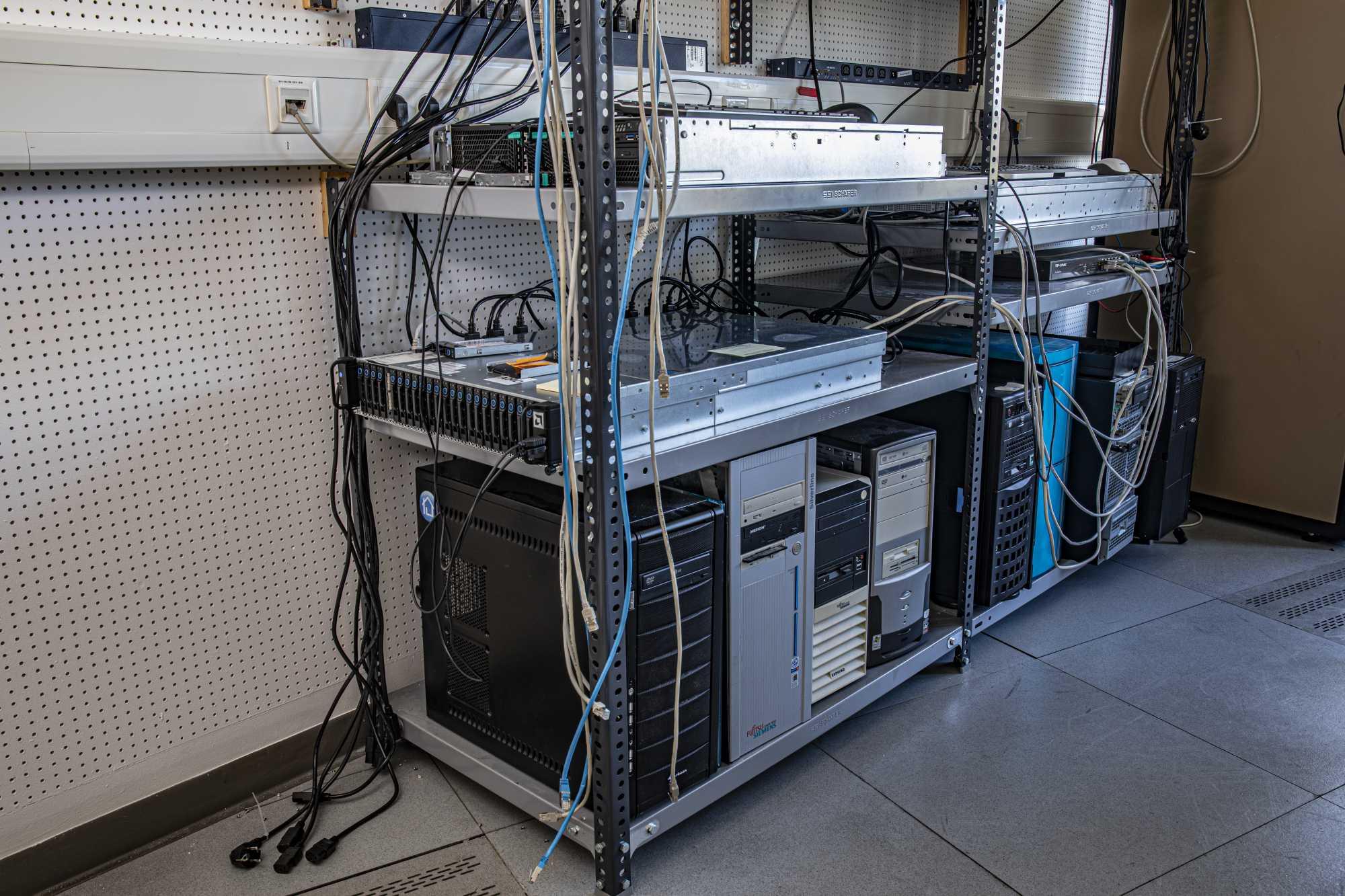 Im Raum, den Ex-Kollege Andreas Stiller bis 2019 verwaltet hat, stehen die Falt-Server der c't-Redaktion.