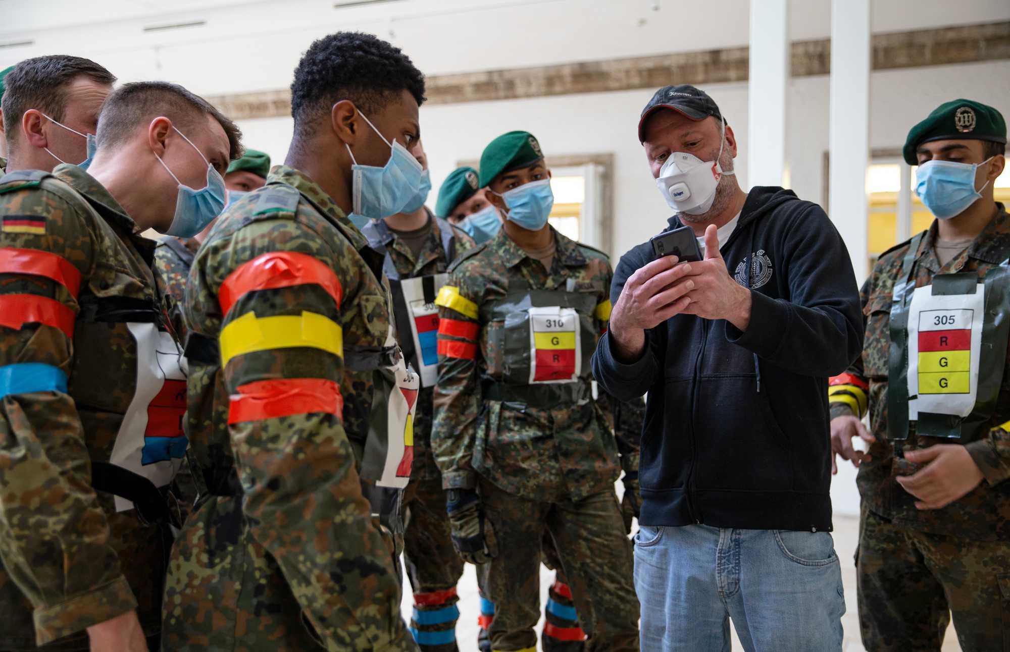 Labortests der Bundeswehr zeigten, dass selbst ohne den Einfluss von Wänden und Scheiben eine korrekte Entfernungsmessung per Bluetooth in einem Viertel bis einem Drittel der Fälle scheitert.