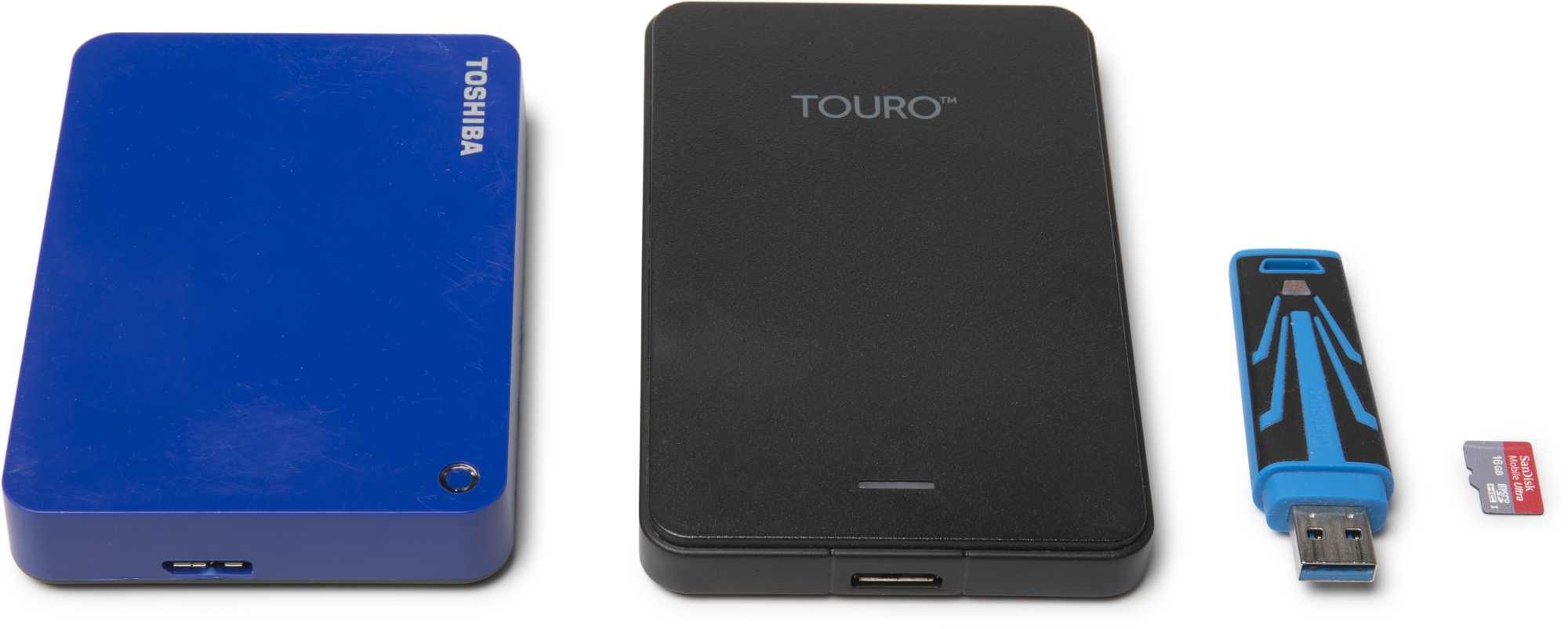 """USB-Festplatten mit mehr als 2 TByte (links) können die USB-Stromversorgung des Raspberry Pi 4 überfordern; besser sind deshalb """"normal dicke"""" (Mitte). USB-Sticks eignen sich nicht besonders gut fürs Raspi-NAS, dann schon eher eine besonders """"große"""" MicroSD-Karte."""