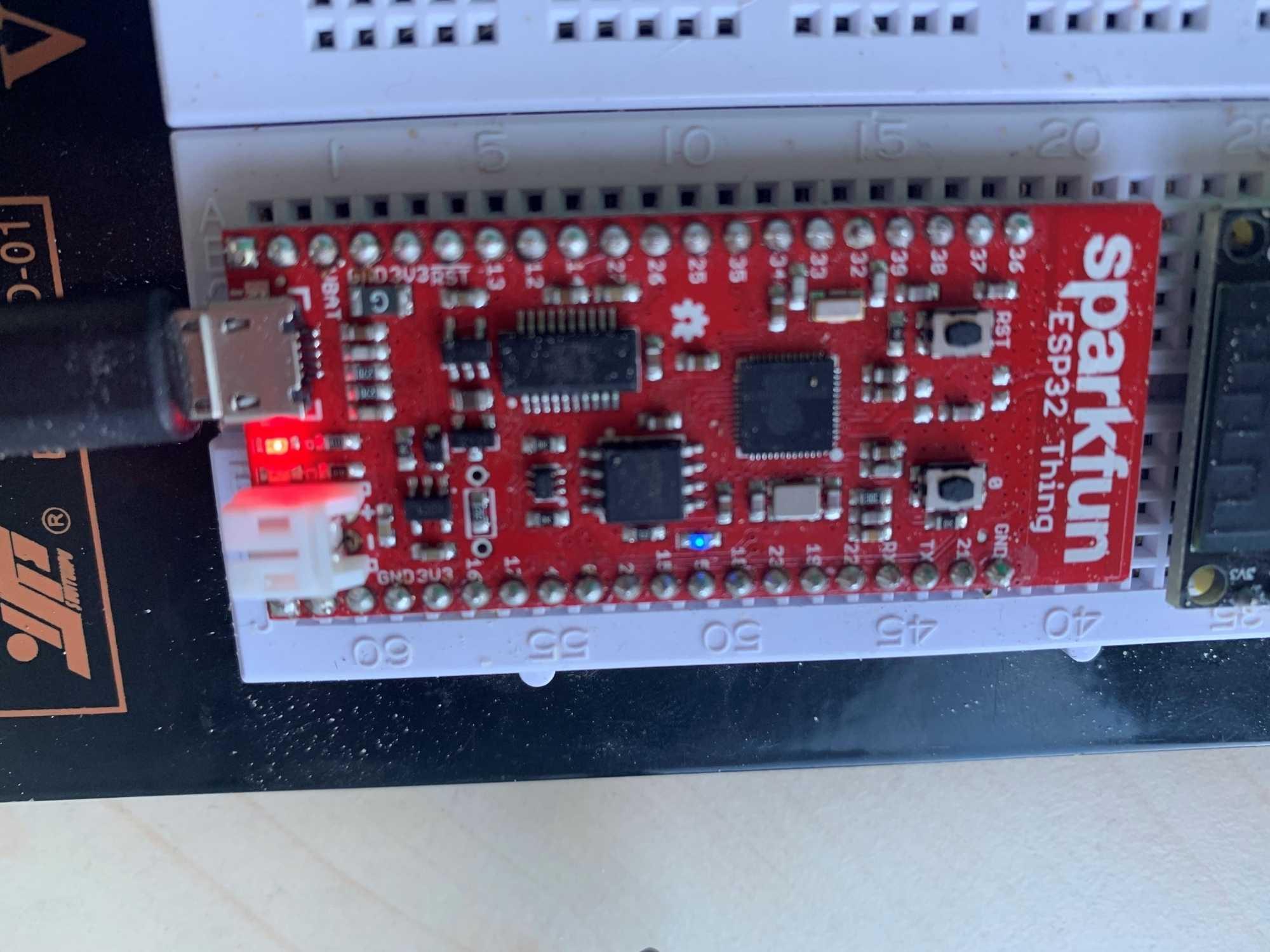 """Ein Board des Typs SparkFun ESP32 Thing mit Tasten """"RST"""" und """"0"""""""