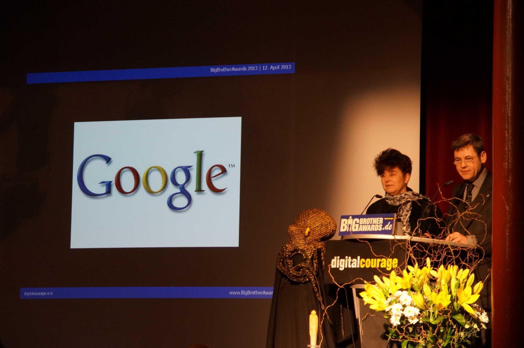 Rena Tangens und padeluun halten die Laudatio bei der Verleihung des Big Brother Award für Google
