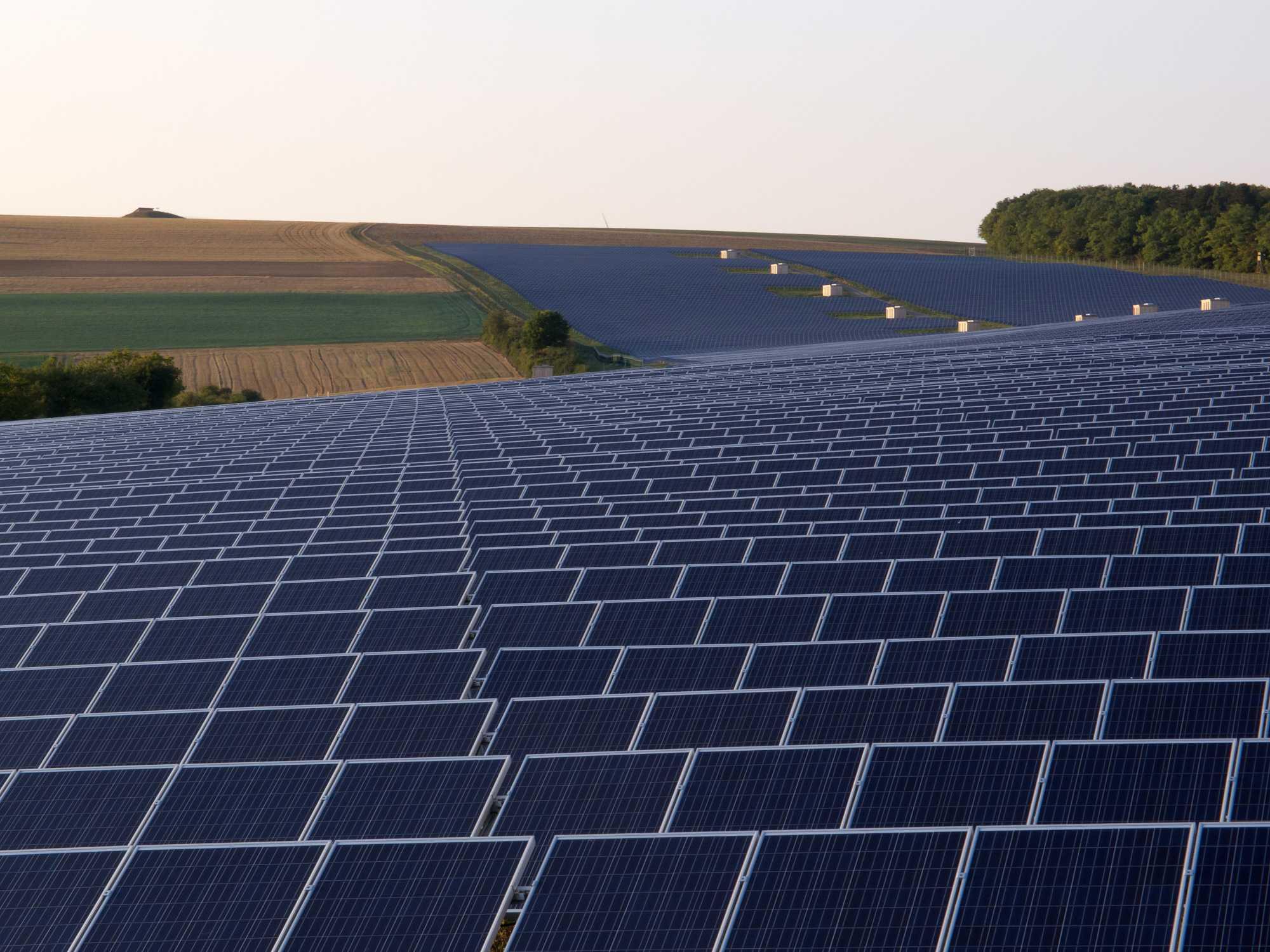 Es herrscht schon lange nicht mehr eitel Sonnenschein über der deutschen Solarbranche (Photovoltaik-Anlage in Thüngen/Bayern) Foto: OhWeh, Lizenz Creative Commons CC BY-SA 2.5
