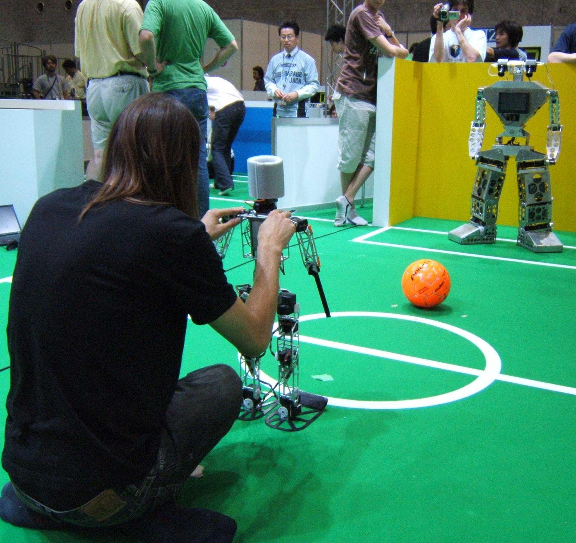 Der Roboter des Teams Nimbro vor dem Strafstoß