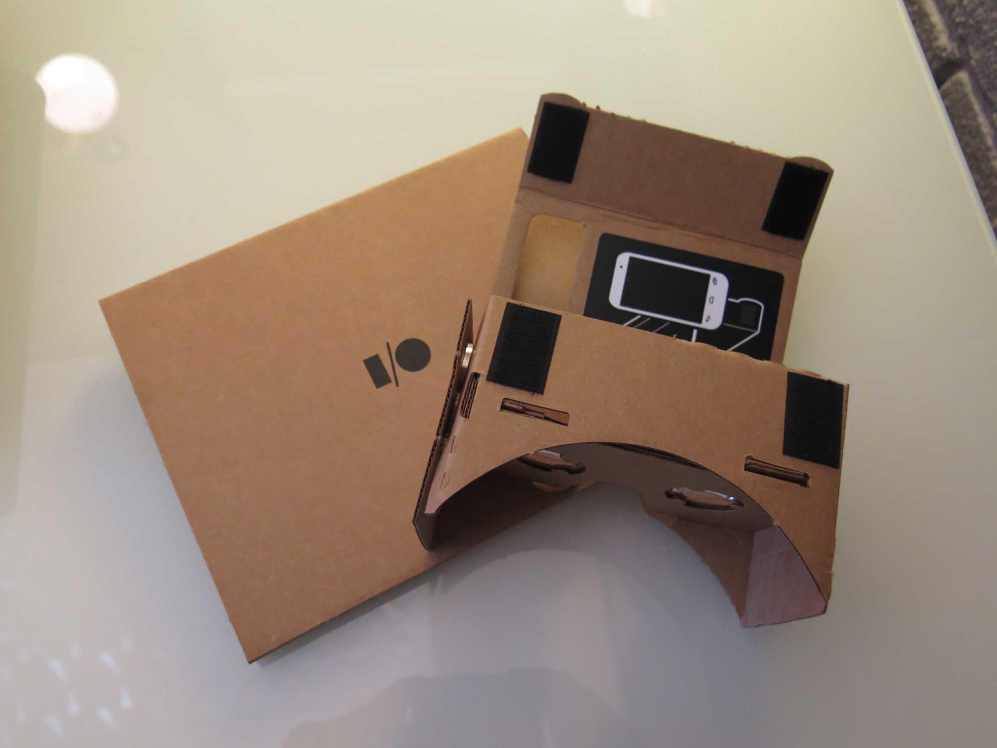 Ein Pappkarton, zwei Linsen, Klettverschlüsse und ein NFC-Tag: Das ist Google Cardboard.