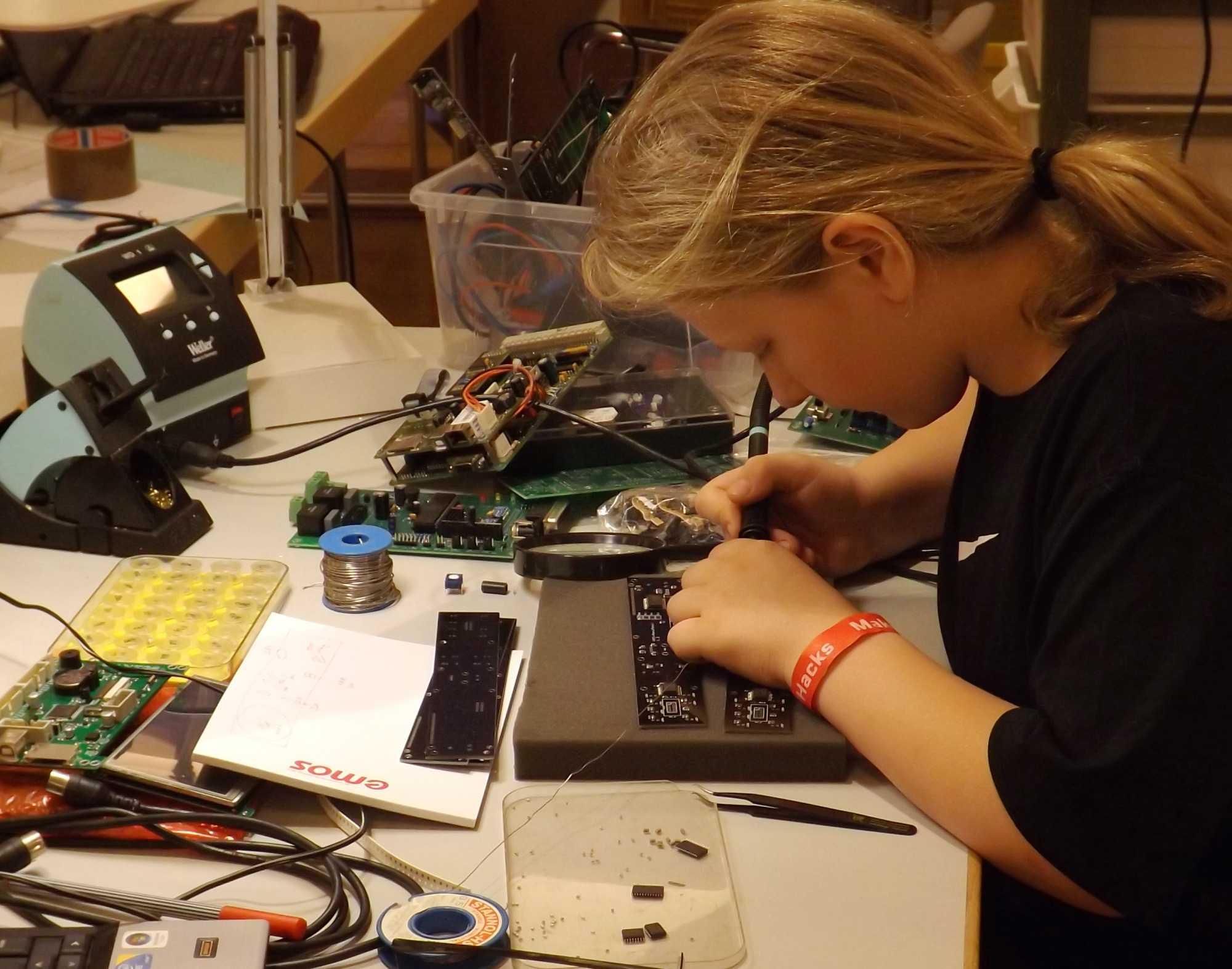 Nicht jeder Elektroniker ist so geschickt wie der 9-jährige Jonathan, der auf der Maker Faire SMD-Platinen fehlerlos bestückte.
