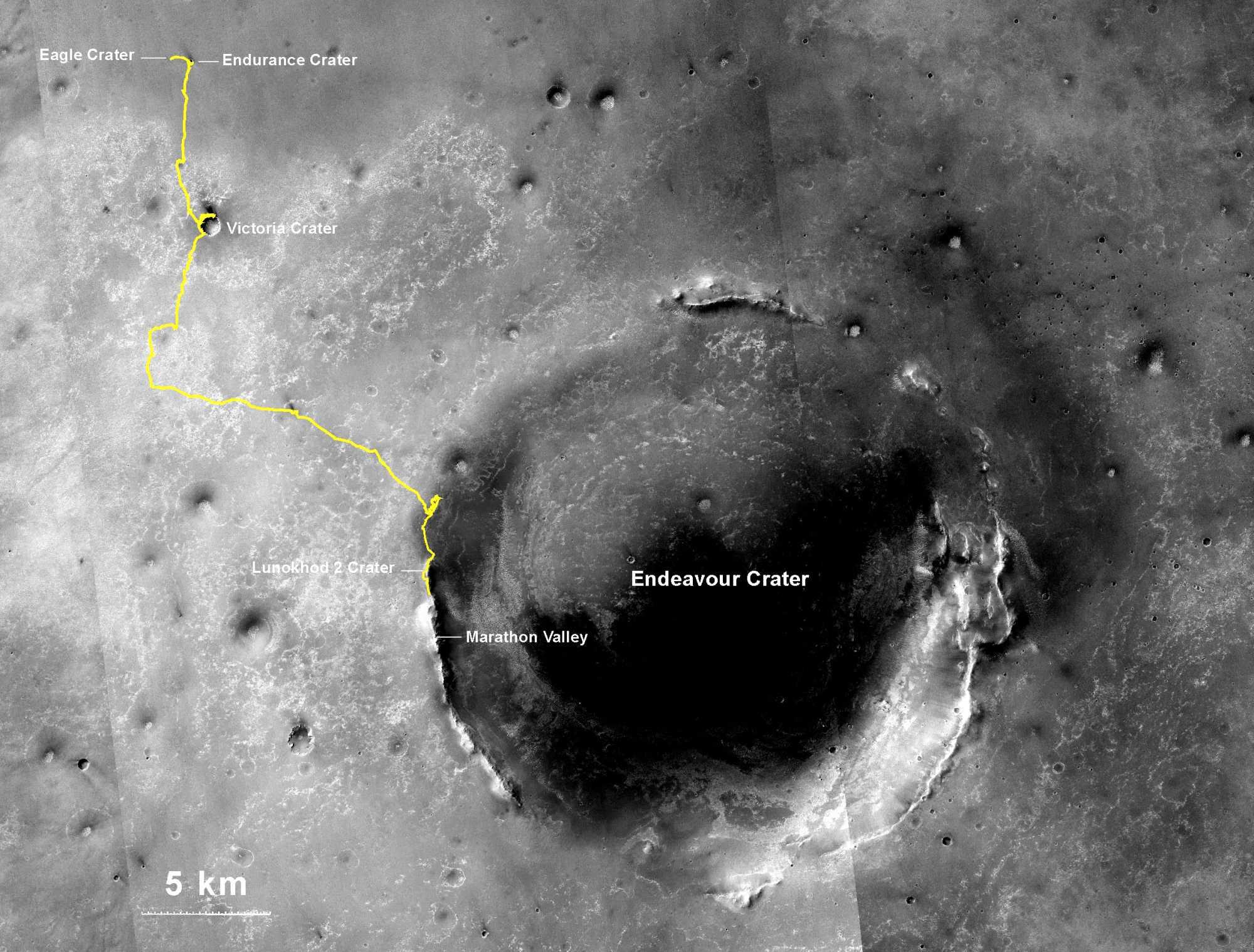 Bild von der Mars-Oberfläche. Die NASA hat die von Opportunity zurückgelegte Strecke darin gelb markiert