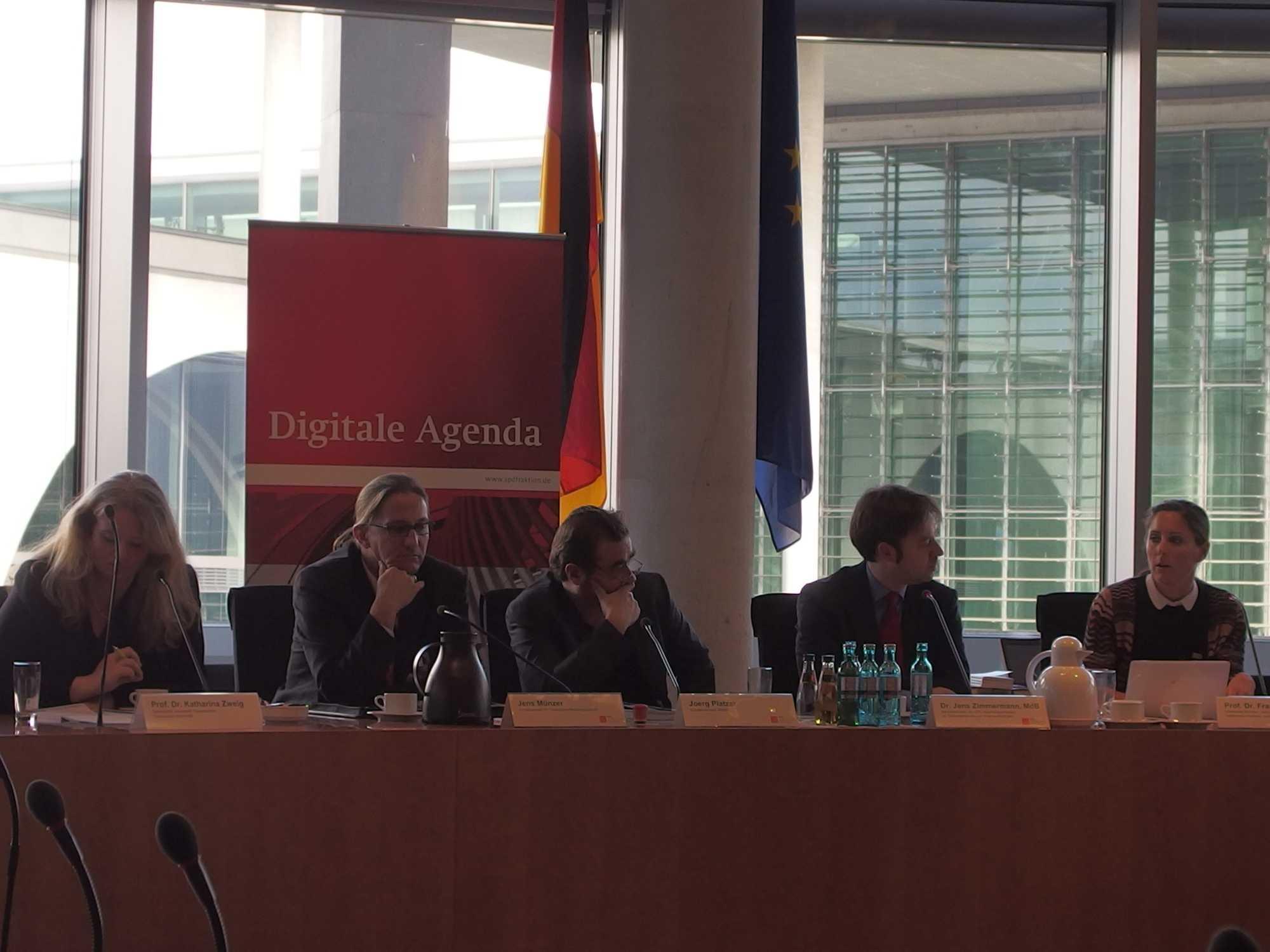 Die Expertenrunde (von l. nach r.): Prof. Katharina Zweig (TU-Kaiserslautern), Jens Münzer (BaFin), Bitcoin-Evangelist Jörg Platzer, Moderator Jens Zimmermann (SPD) und Prof. Franziska Boehm (Uni-Münster).