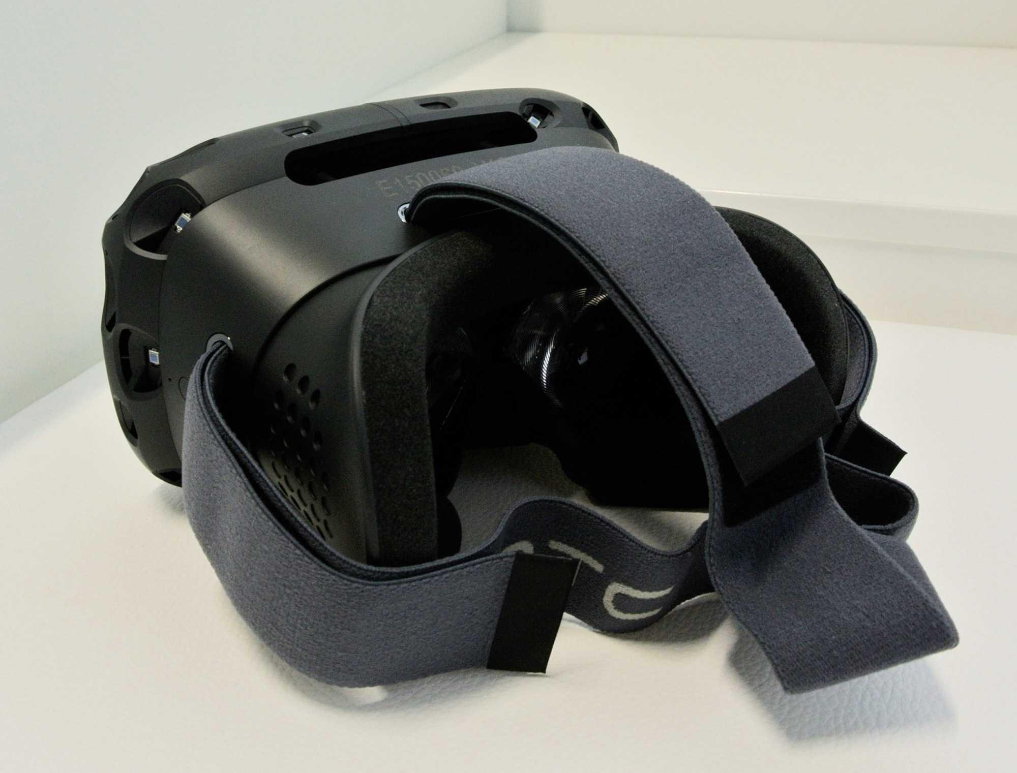 Die aktuelle Vive-Brille ähnelt den Developer Versionen der Oculus Rift. Obwohl der Verkauf noch in diesem Jahr beginnen soll, will HTC noch Kopfhörer einbauen.