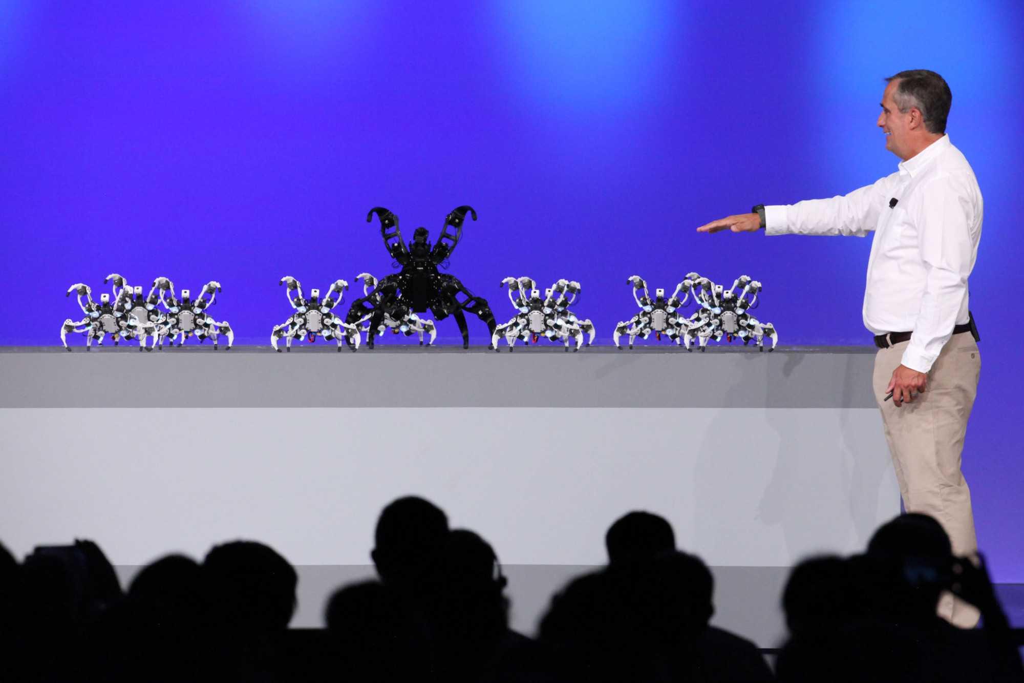 Knapp 100 der Roboterspinnen dirigierte Intel-Chef Brian Krzanich mit einem Armband in dem ein Curie-Modul steckte.