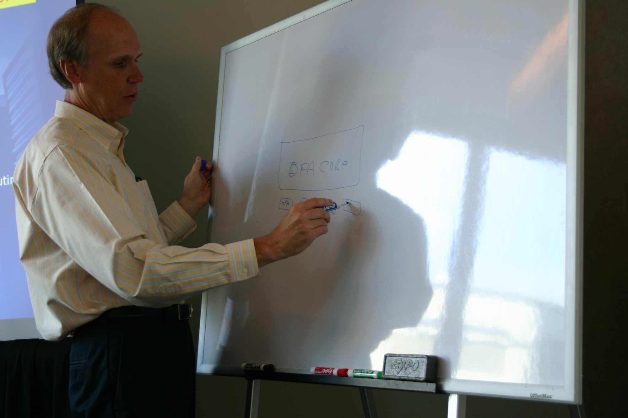 Intels Omni-Path-Architekt Philip Murphy gab auf dem IDF einer kleinen Schar von Journalisten schon mal vorab Einblick in die Omni-Path-Details.