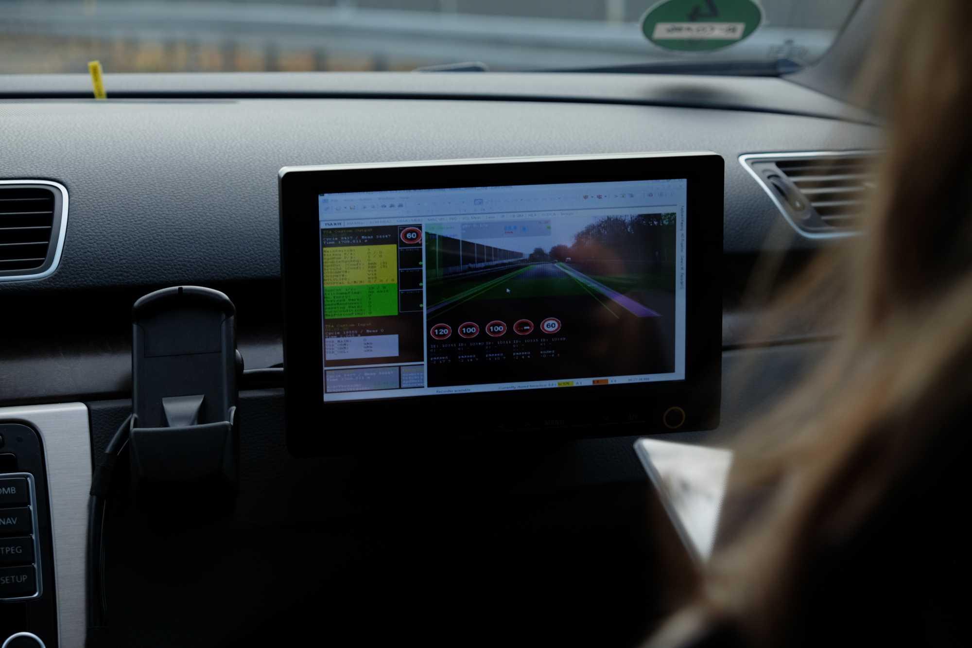 Die Sensoren des Autos erfassen Daten wie aktuelle Tempolimits ...