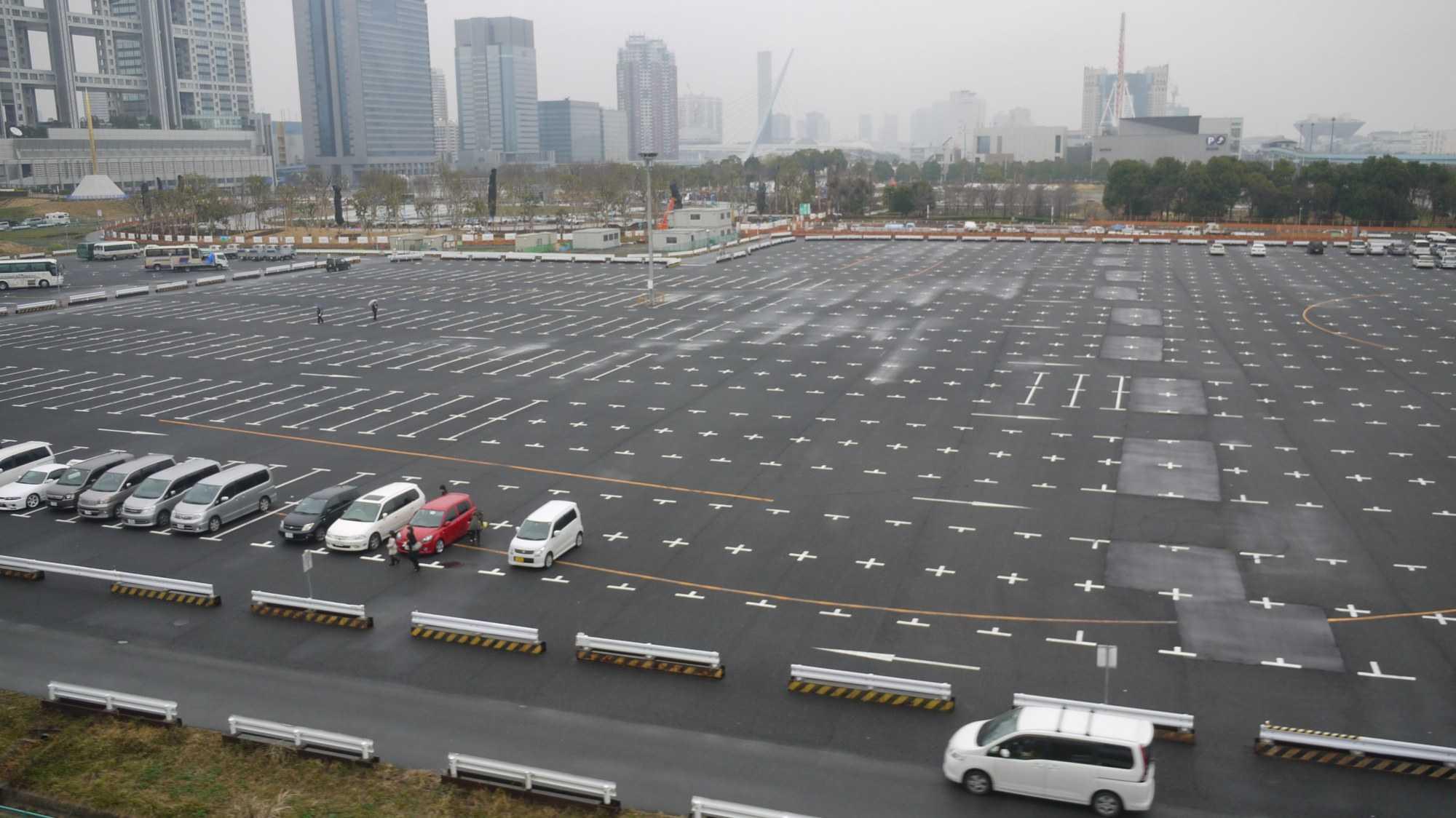 Großer Parkplatz, fast leer