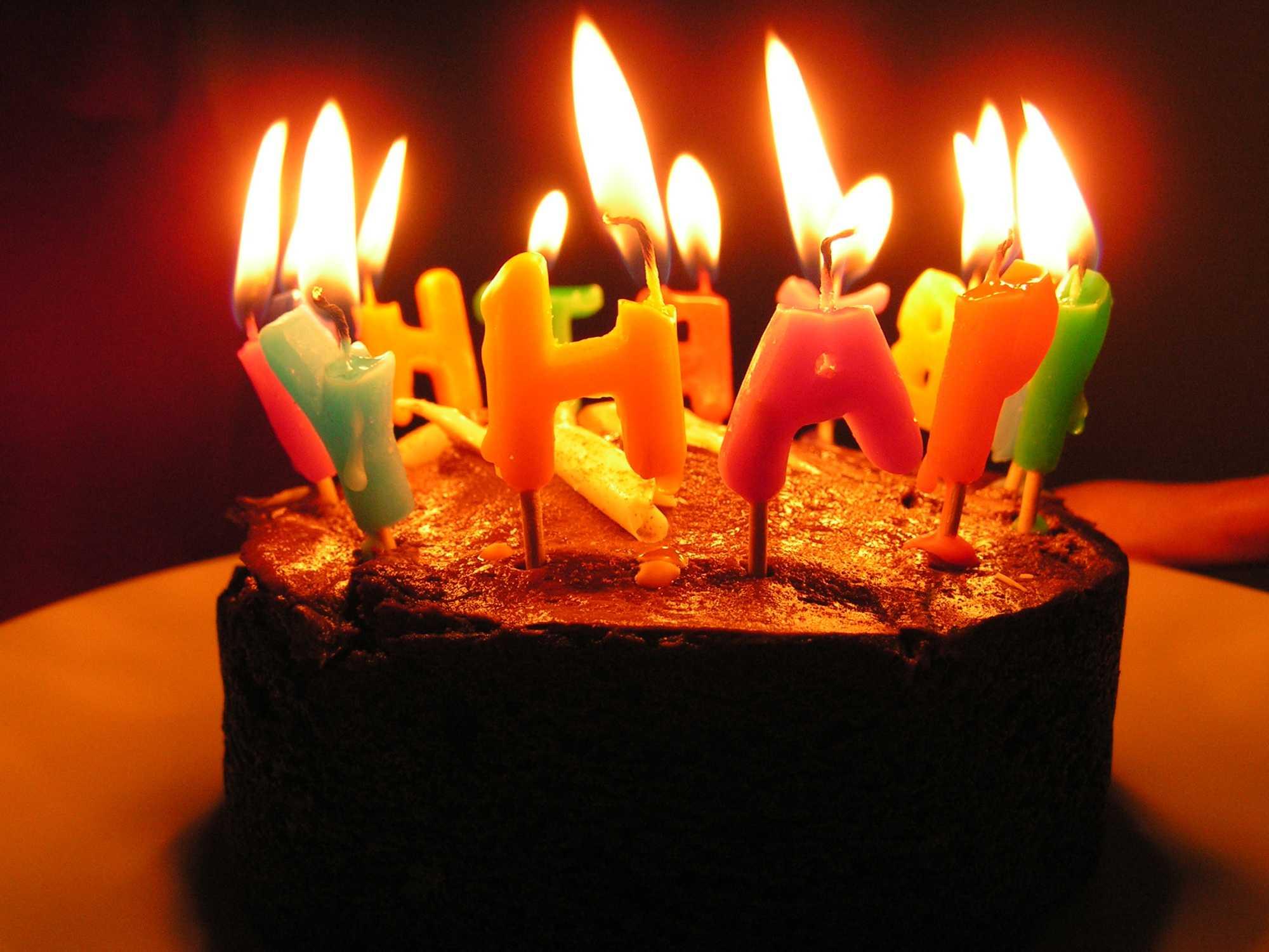 Torte mit brennenden Kerzen