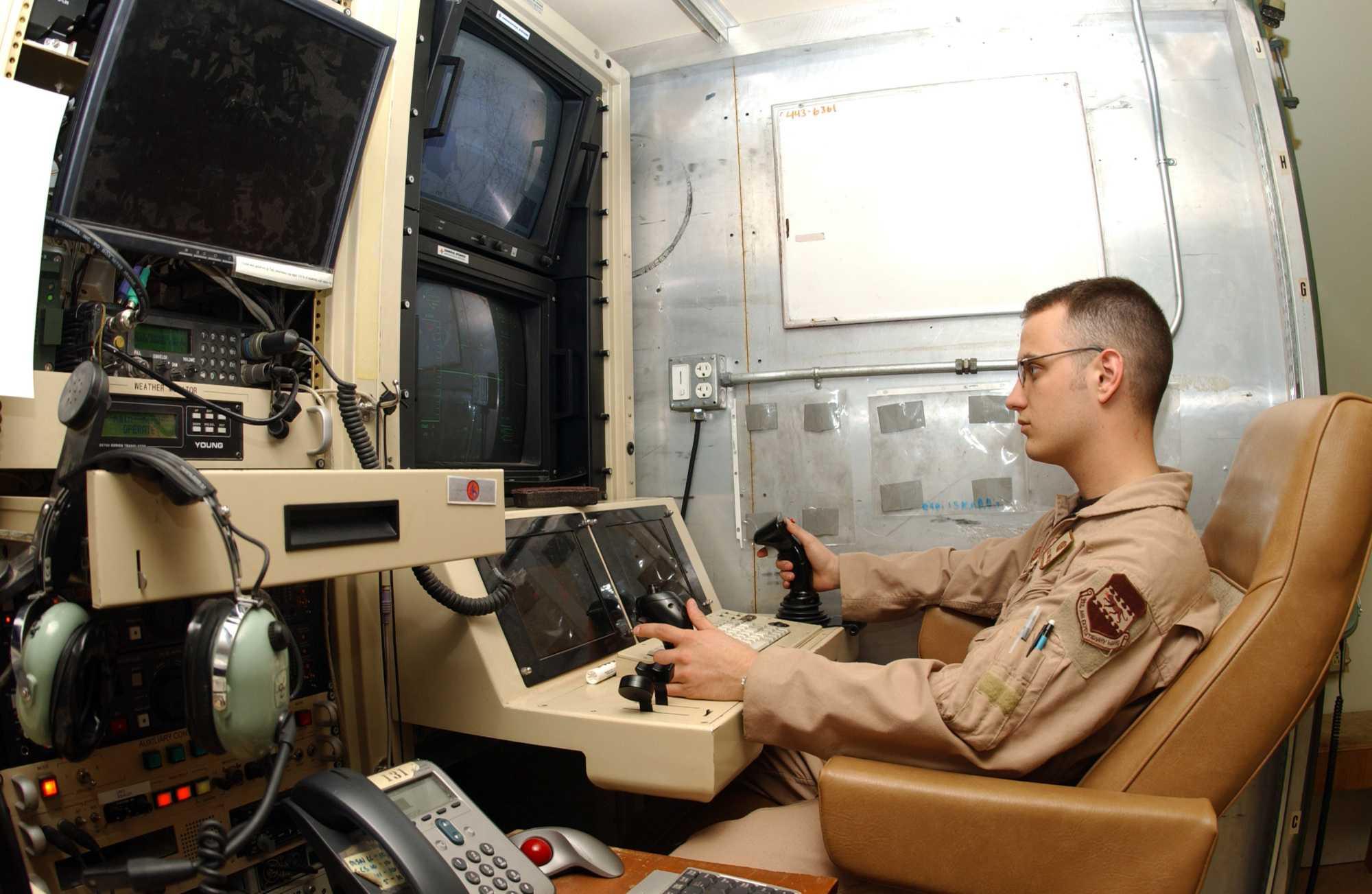 US-Soldat am Sensorenpult einer Kampfdrohne
