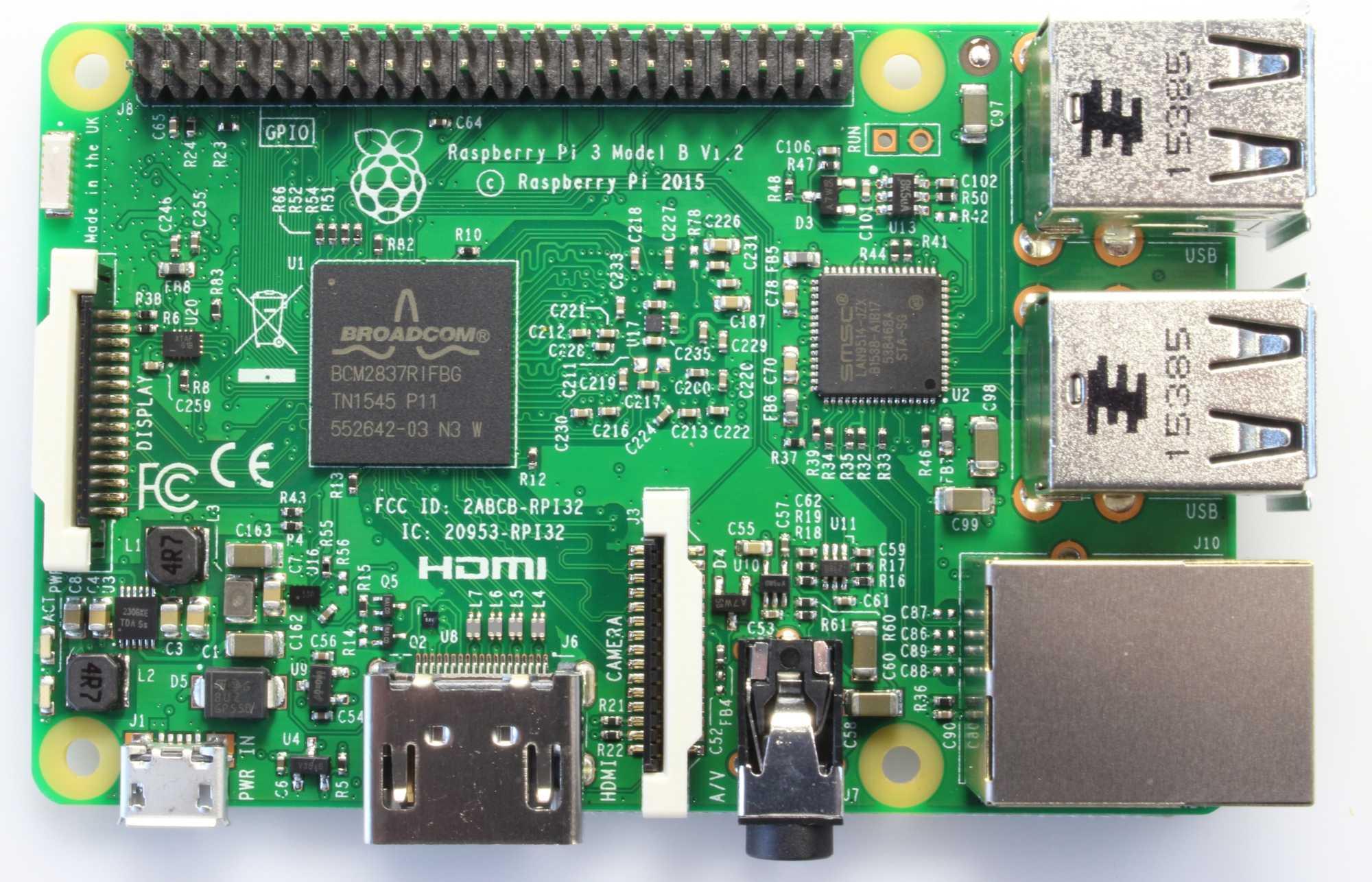 Der Raspberry Pi 3 ist kompatibel zum Vorgänger. Auf der Unterseite sitzt ein Chip für WLAN 802.11b/g/n und Bluetooth 4.1.