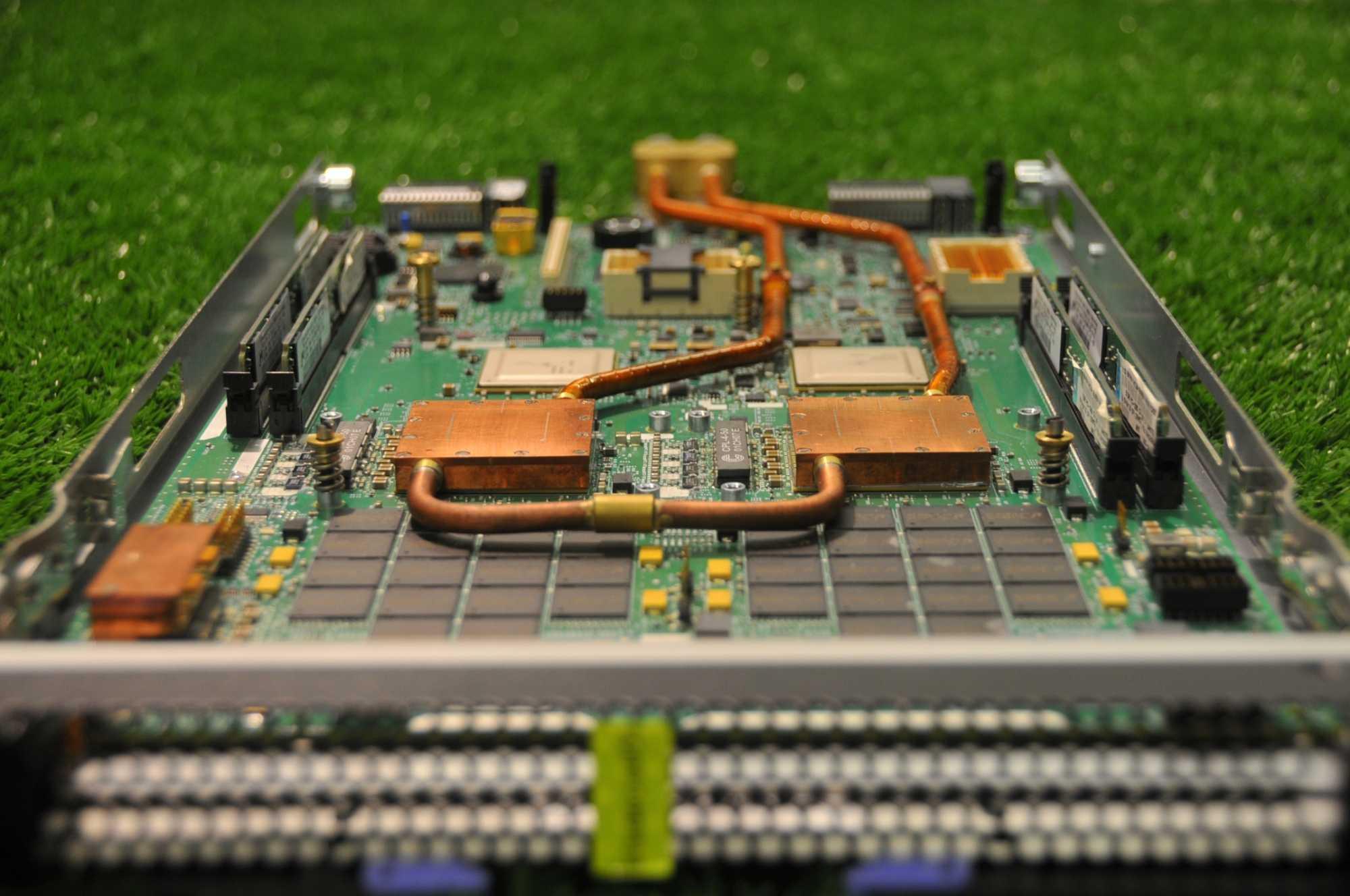 Noch sind die Heißwasser-Kühlkörper per Hand auf die CPUs der Supercomputer-Blades verschraubt