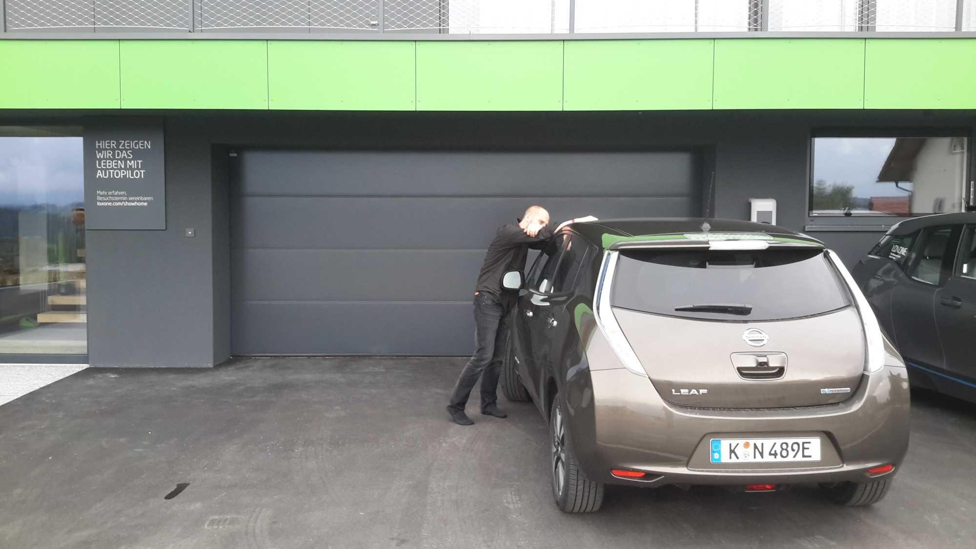 Fahrzeugübergabe: Stefan Porteck (links) steigt im österreichischen Kollerschlag zum ersten Mal ins E-Auto.