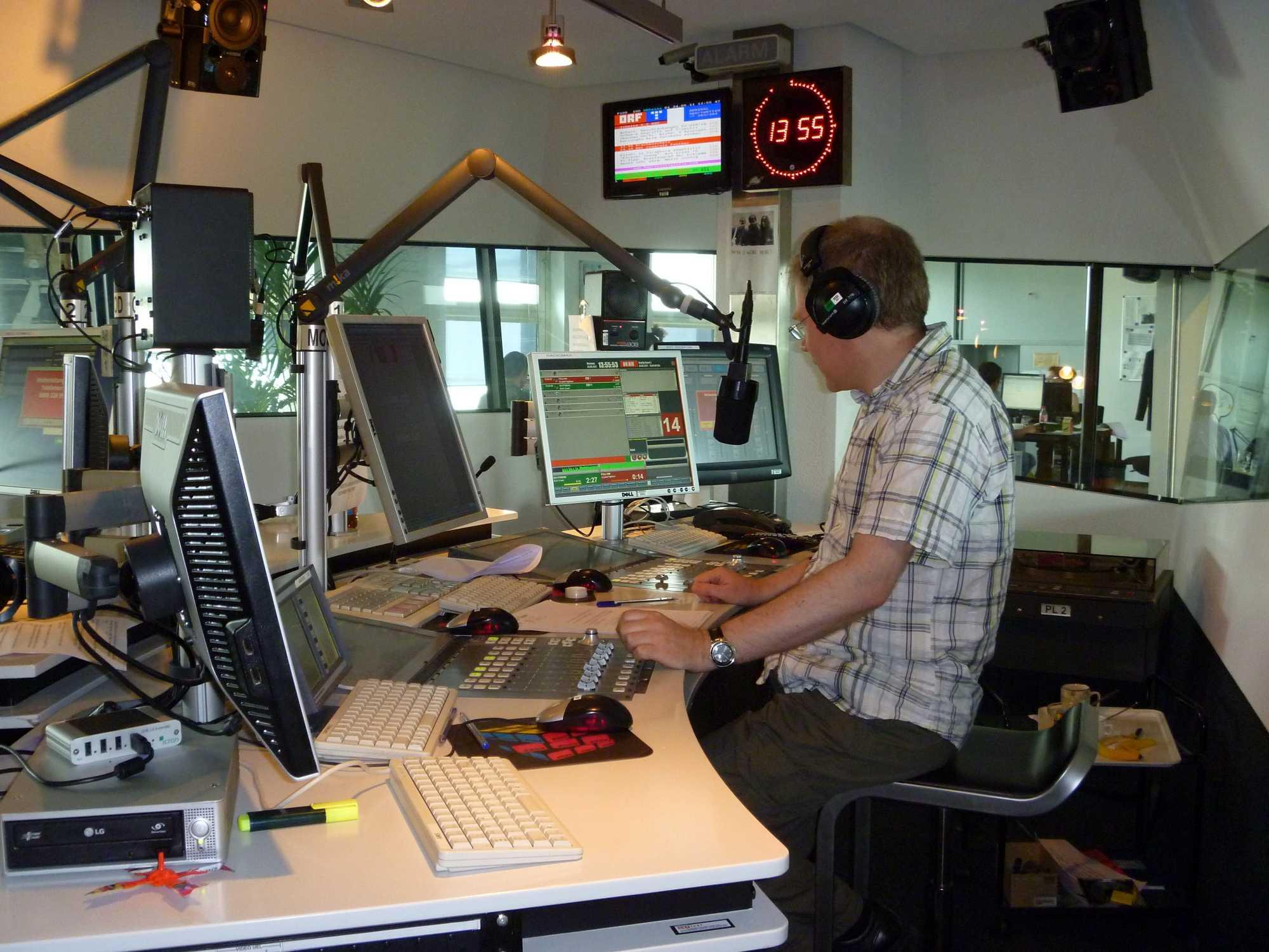 Modernes Radiostudio mit Moderator