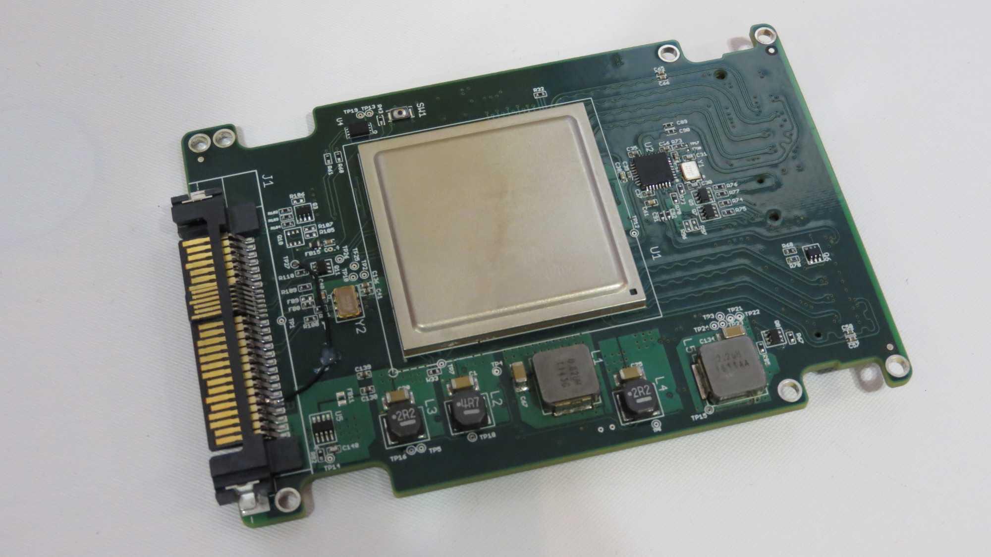 NVMe übers Netz: Ein Adapter von Kazan Networks bindet schnelle SSDs ein.