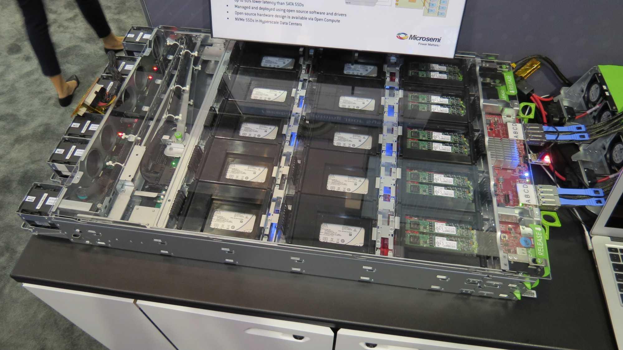 Mit Hilfe von PCIe-Switches teilt man die Kapazität eines JBOF auf. Solche Switches kommen zudem zum Einsatz, wenn man sehr viele NVMe-SSDs an einem Server anschließenmöchte.
