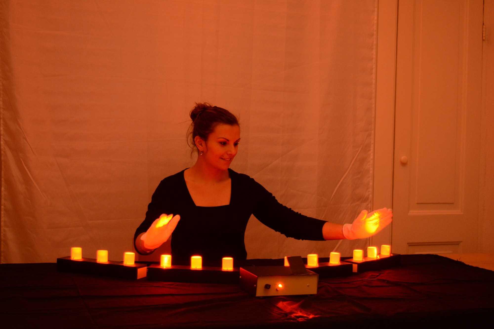 """Ein ungewöhnlicher MIDI-Controller: berührungslos spielt man die Lichtsäulen (""""Tasten"""") der Lichtharfe."""