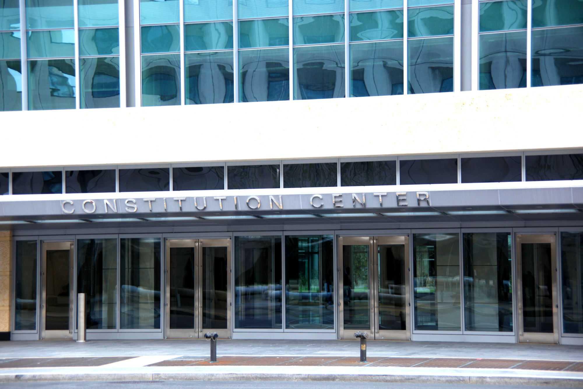 Eingang zu Glaspalast mit Aufschrift Constitution Center