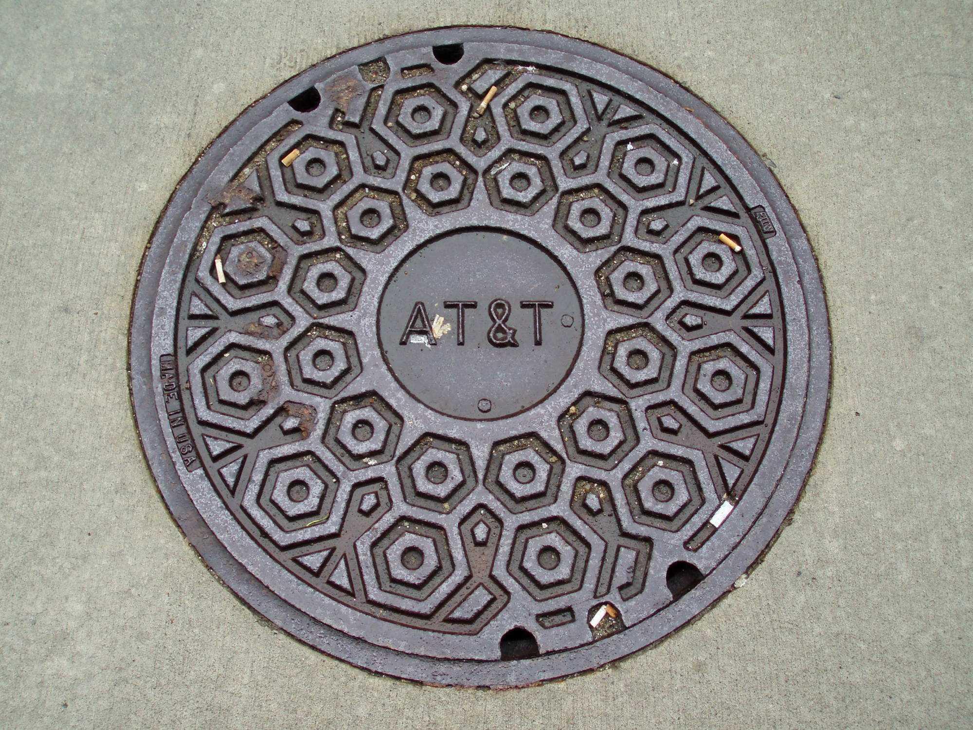 Gusseieserner Schachtdeckel mit Aufschrift AT&T