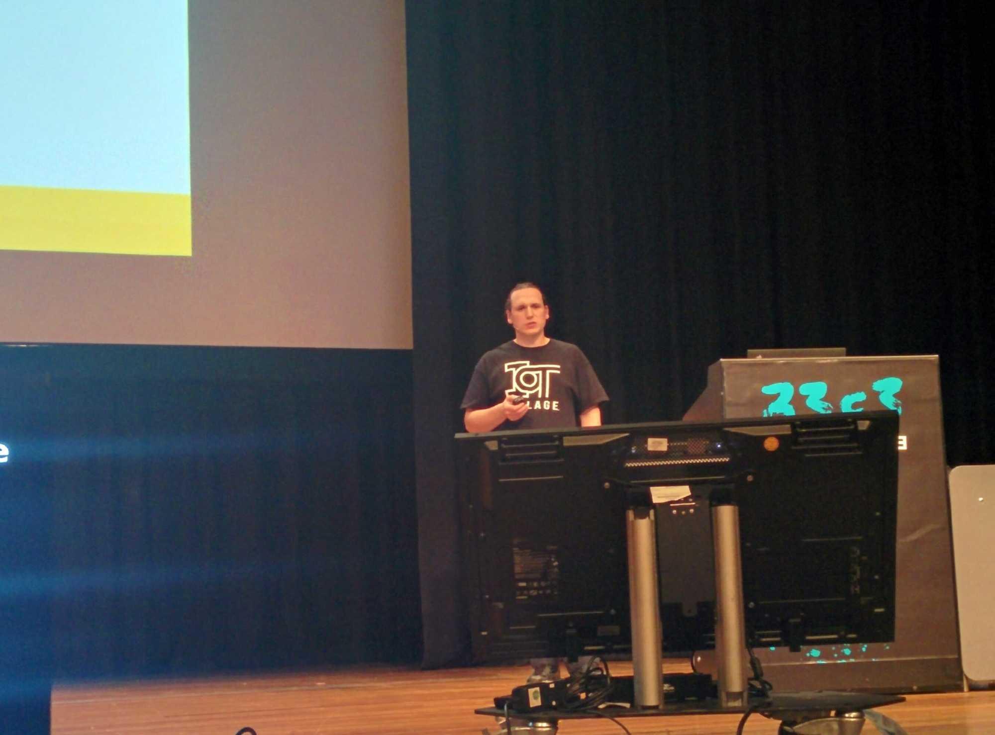 Lockpicker Ray widmete sich auf dem 33C3 vor allem den neuen Bluetooth-Schlössern.