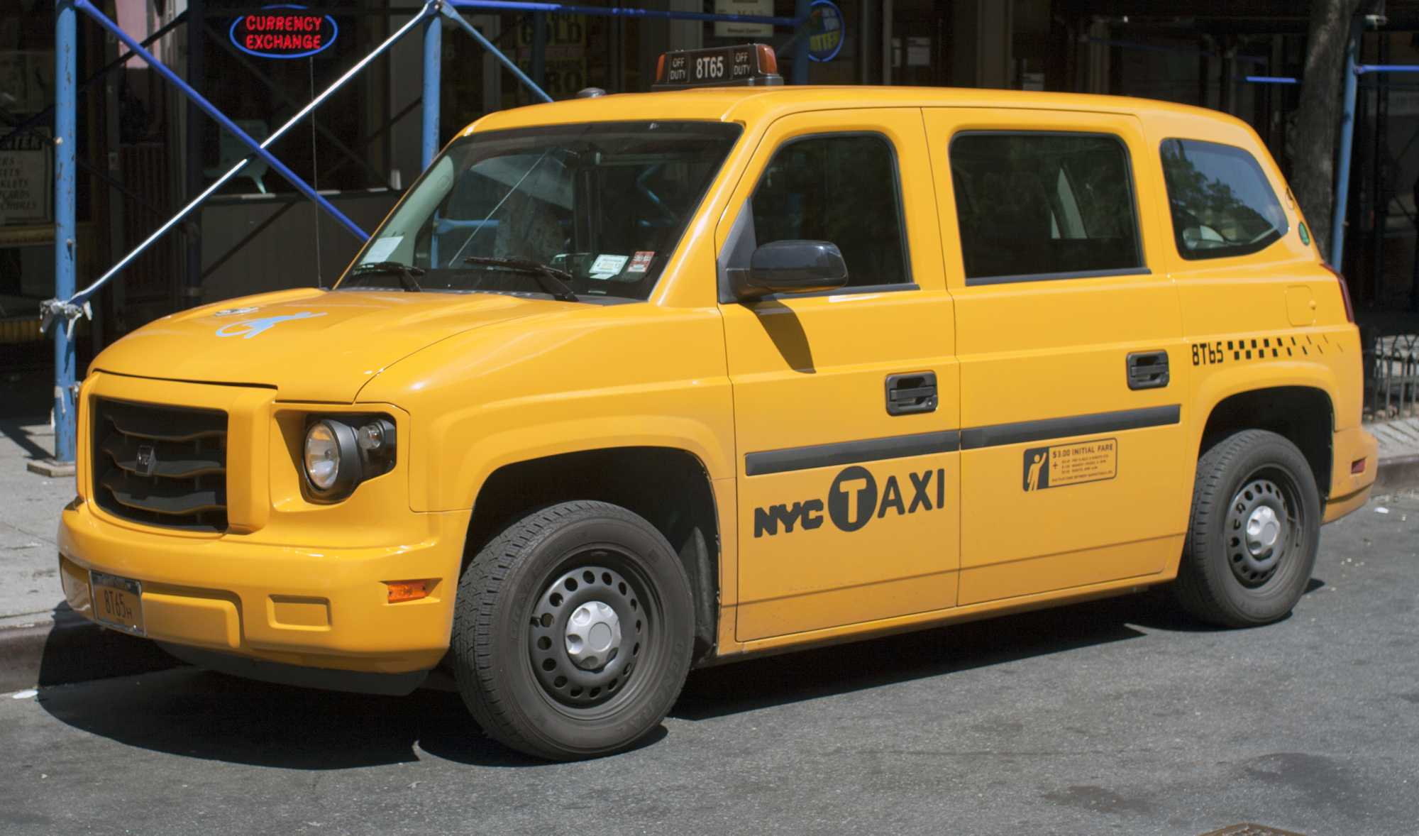Gelbes, rollstuhlkompatibles Taxi aus New York City
