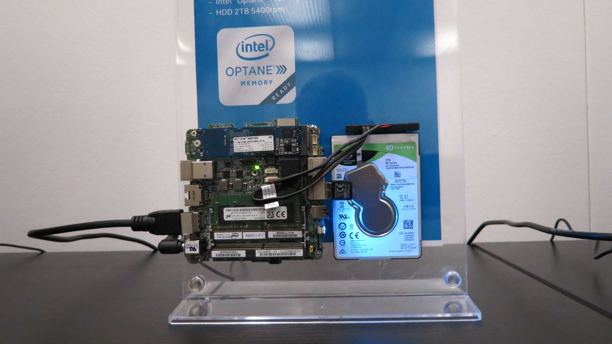 Showcase auf der CeBIT: Intel nutzt 3D XPoint als Beschleuniger für Desktop-Systeme.