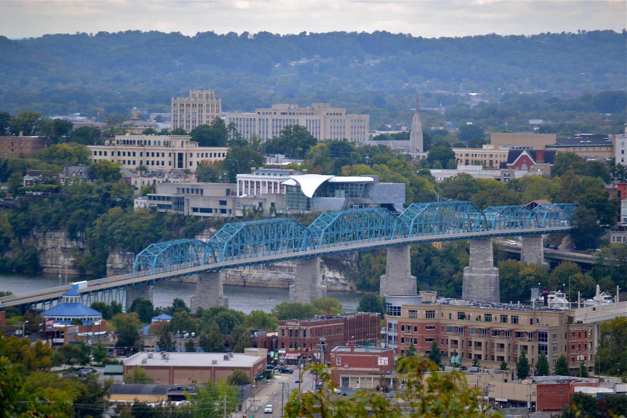 Stadtansicht mit Eisenbahnbrücke