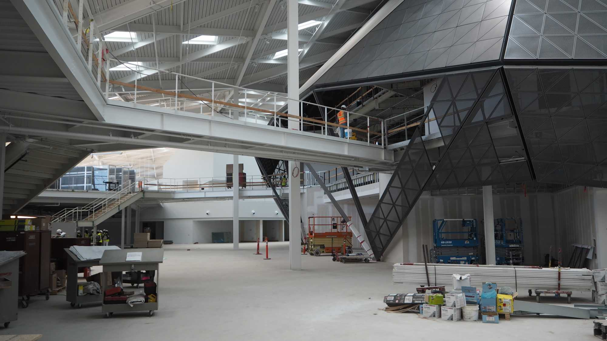 Eine Art Gebäude im Gebäude: Der Hub beherbergt etwa Testlabors, eine Bibliothek und Briefing-Räume.