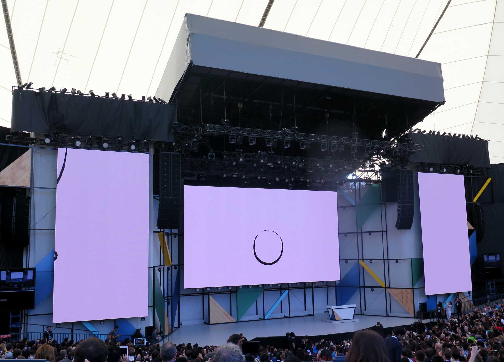 Bühne mit einem großen O auf einer großen Leinwand