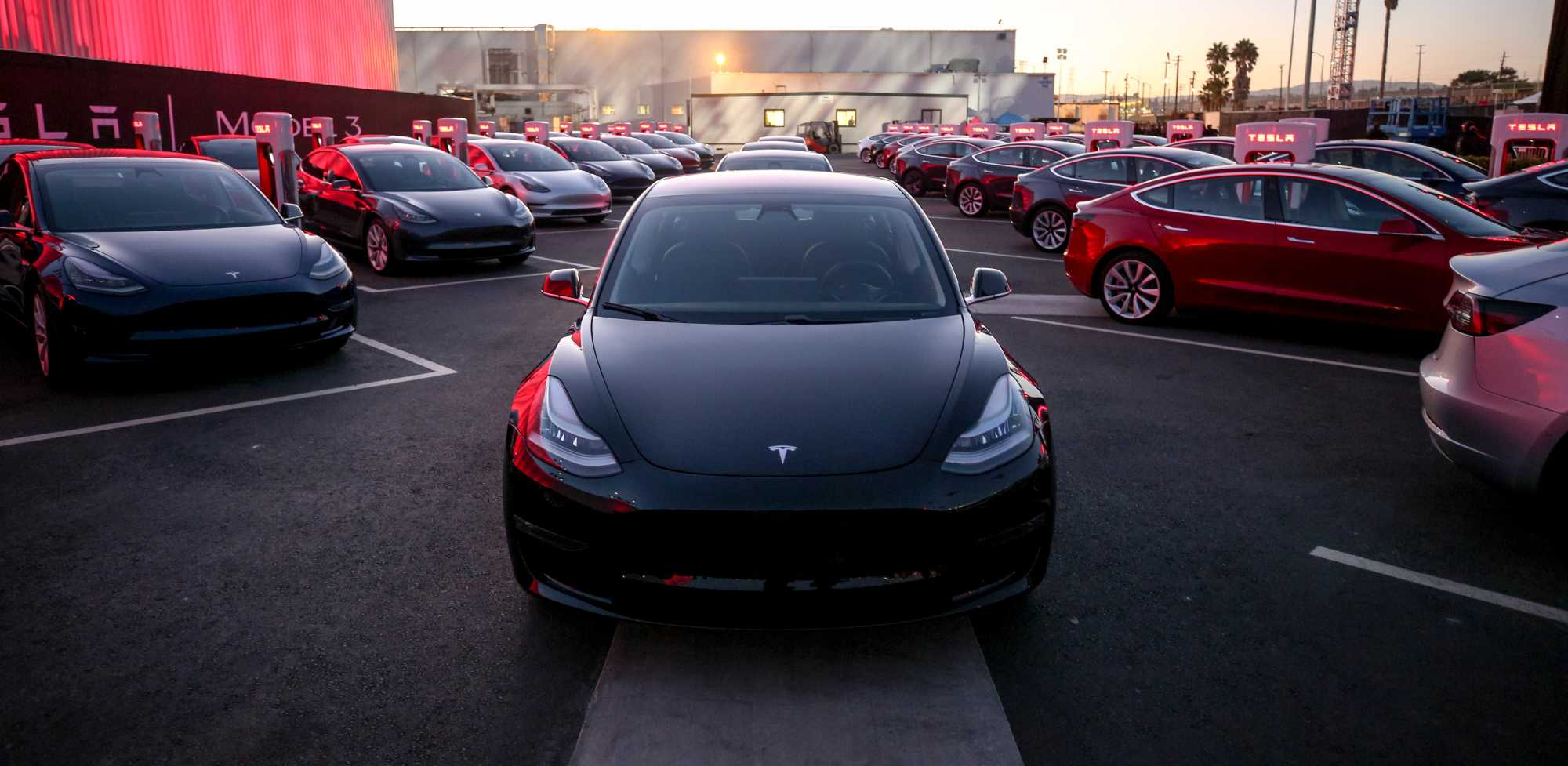 Frisch vom Band: die ersten 30 Tesla Model 3 vor dem Werk im kalifornischen Fremont.
