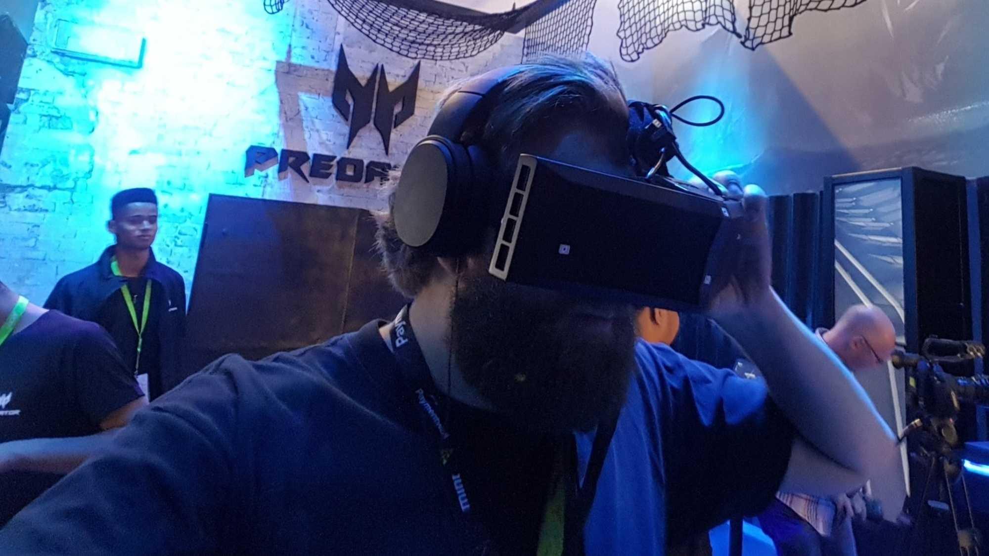 Das StarVR-Headset saß bei unserem Probelauf nicht fest auf dem Kopf, so dass man es mit der Hand stabilisieren musste.