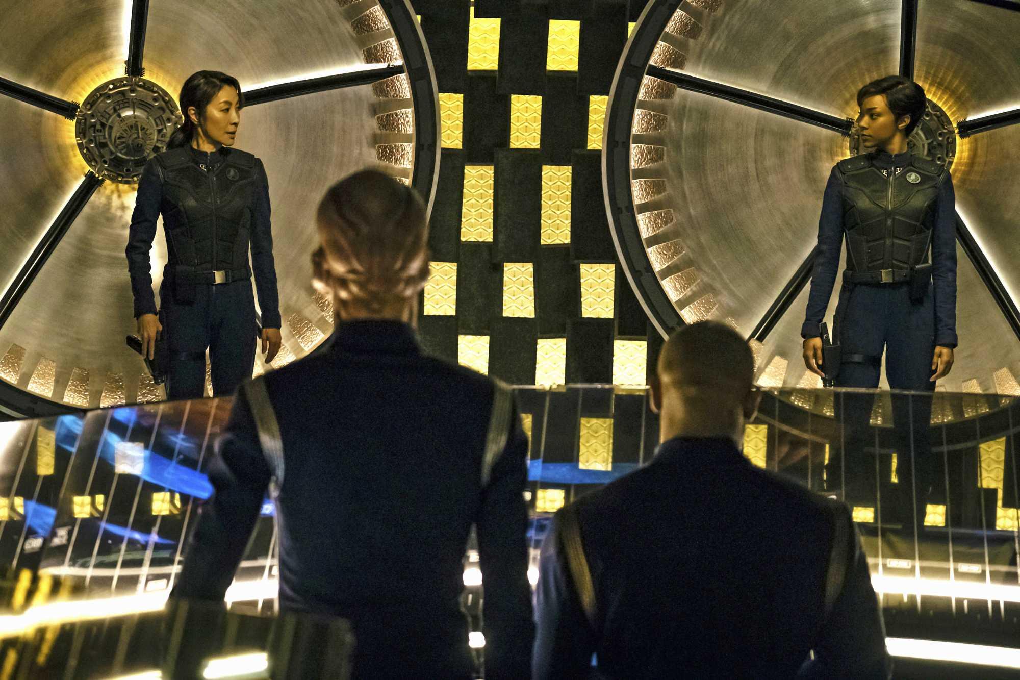 Captain Georgiou (Michelle Yeoh) und Commander Burnham (Sonequa Martin-Green) von der U.S.S. Shenzhou
