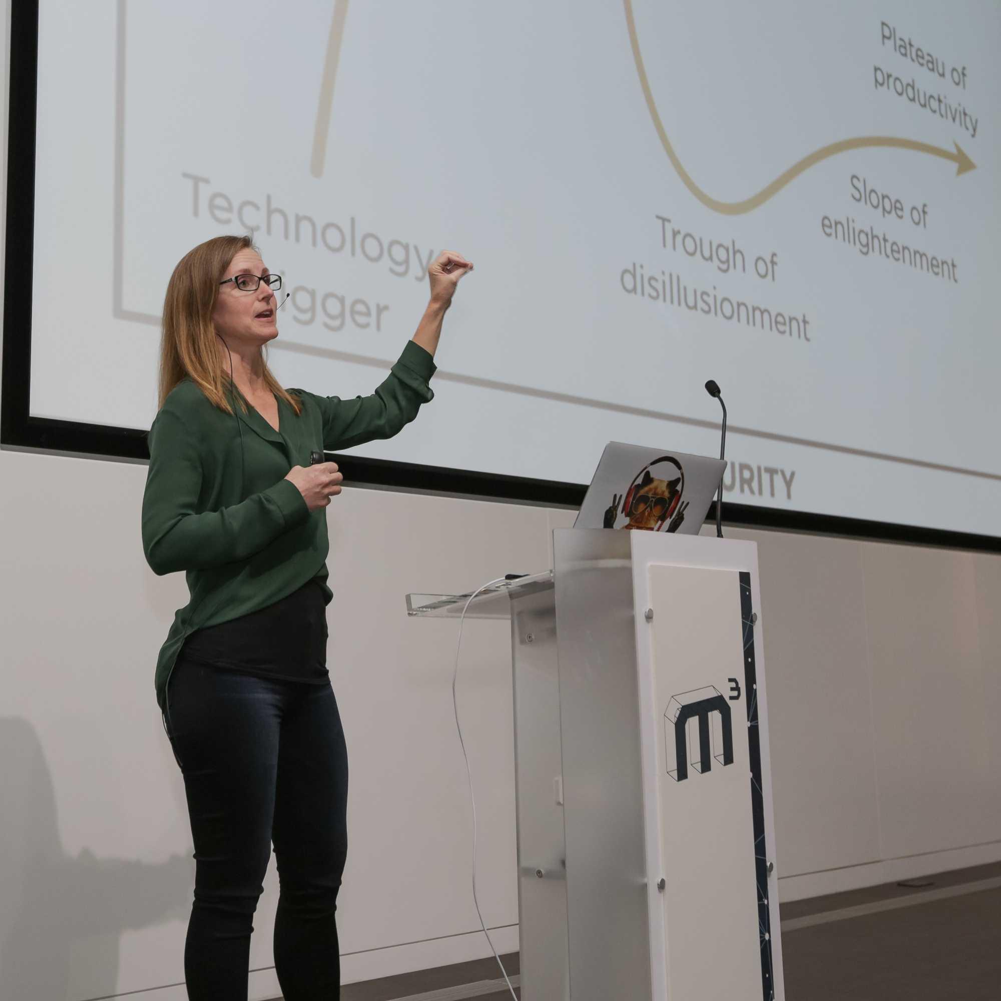 Melanie Warrick, Senior Developer Advocate bei Google, eröffnet den zweiten Tag der M³ in London mit ihrer Keynote.