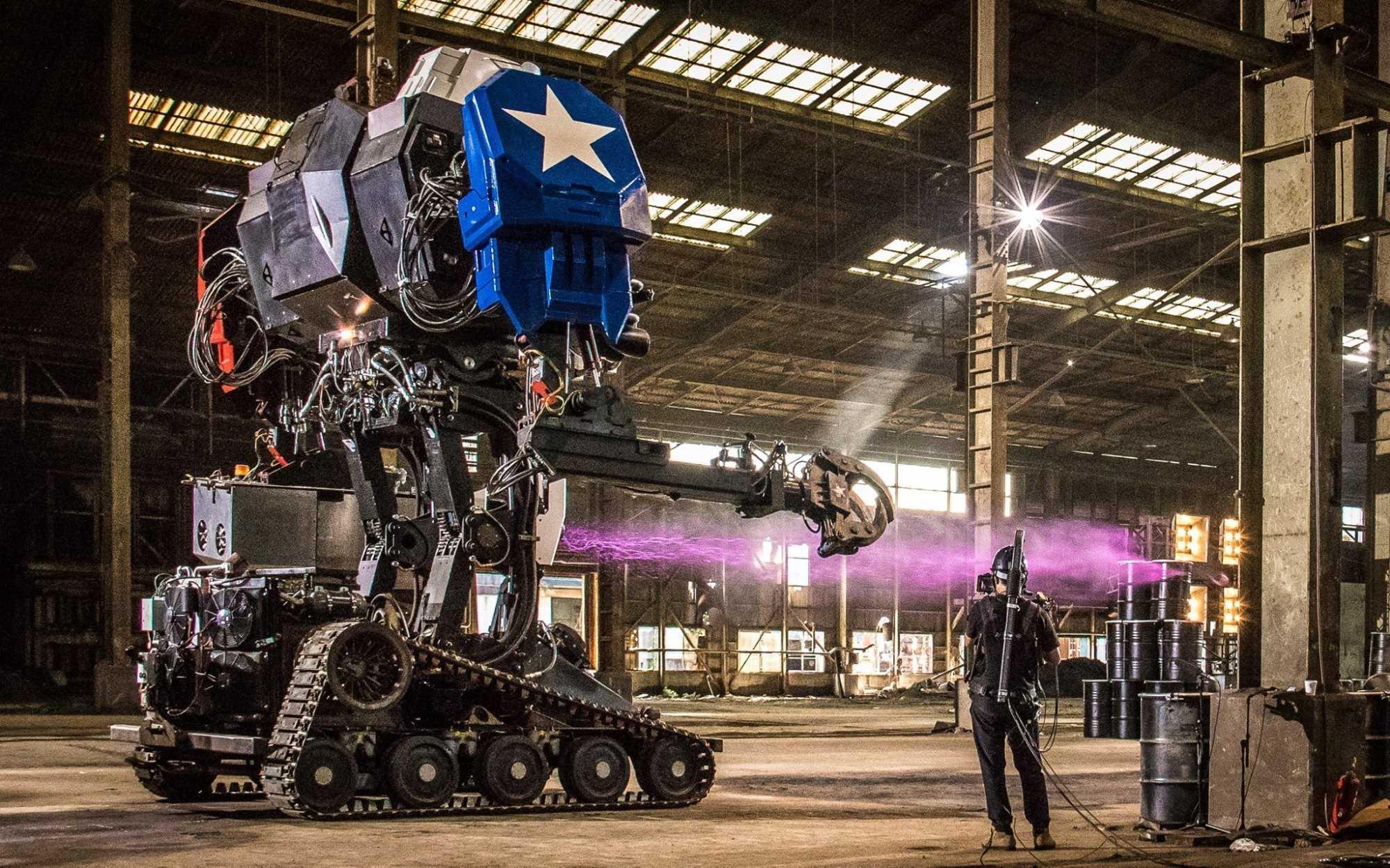 Ein großer Roboter in einer Lagerhalle