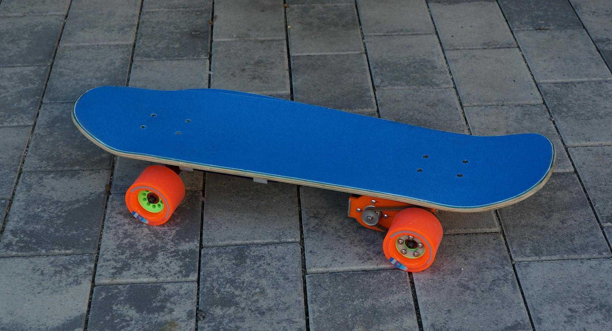 Ein blaues Skateboard mit Elektroantrieb