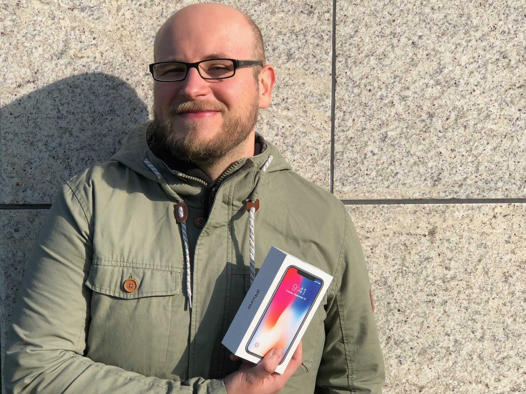 Nach zwei Stunden Wartezeit konnte Holger Zelder von Mac & i ein iPhone X kaufen.