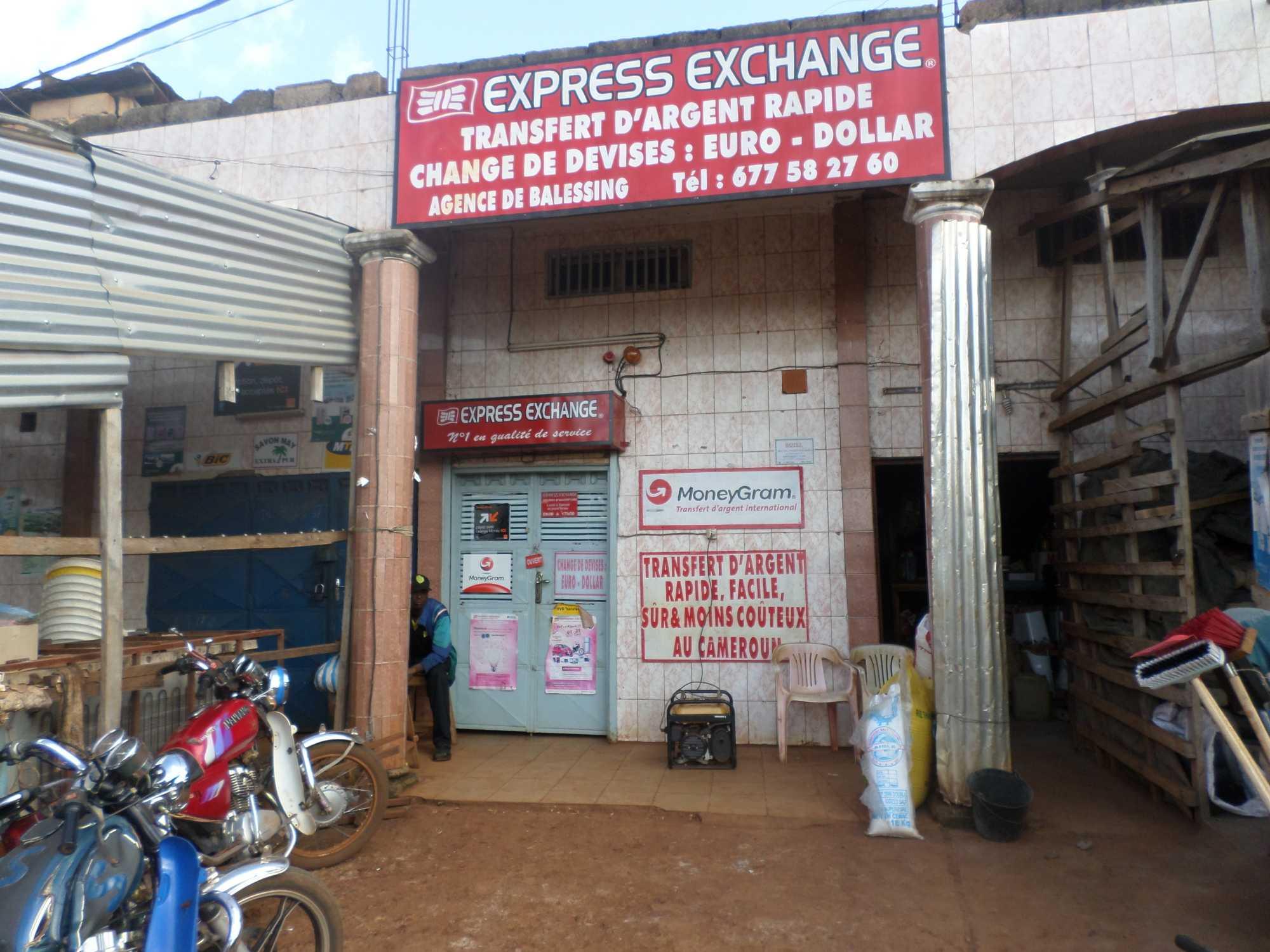 Ladenfront mit Moneygram-Schild und diversen französischen Aufschriften